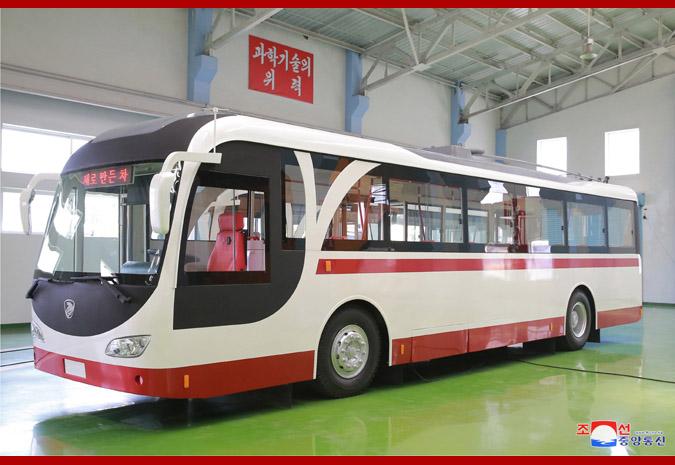 """Předmětem exkurze Kim Čong-una byl i závod na výrobu trolejbusů, které, jak je ze snímku patrné, propůjčily svůj design i """"nové tramvaji"""".(foto: KCNA)"""