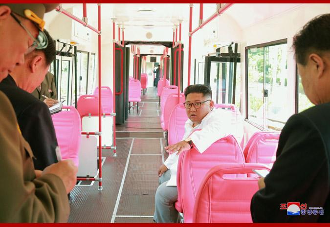 Kim Čong-un v modernizované tramvaji KT8D5 vydávané za nový produkt severokorejského strojírenství. (foto: KCNA)