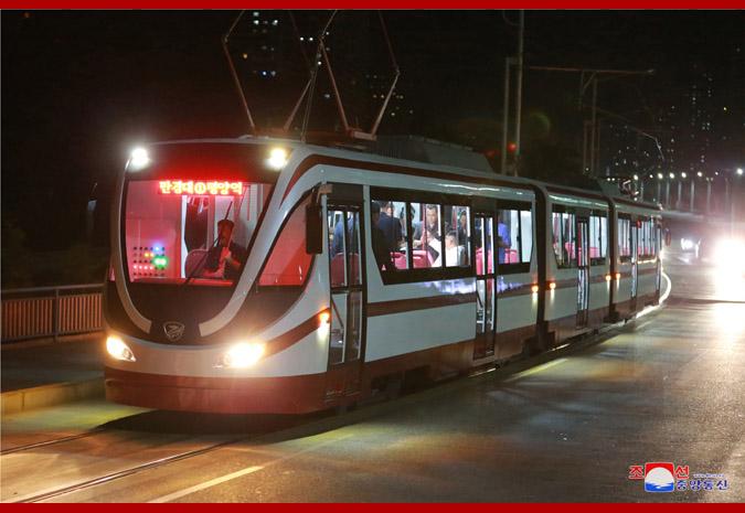 Kim Čong-un absolvoval s trolejbusem a tramvají i noční projížďku. (foto: KCNA)