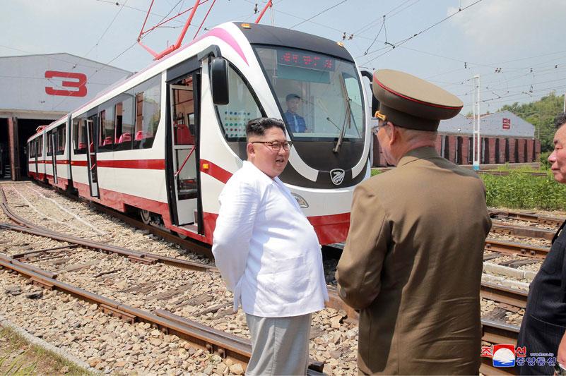 Ještě jeden pohled na Kim Čong-una u nové/modernizované tramvaje. (foto: KCNA)