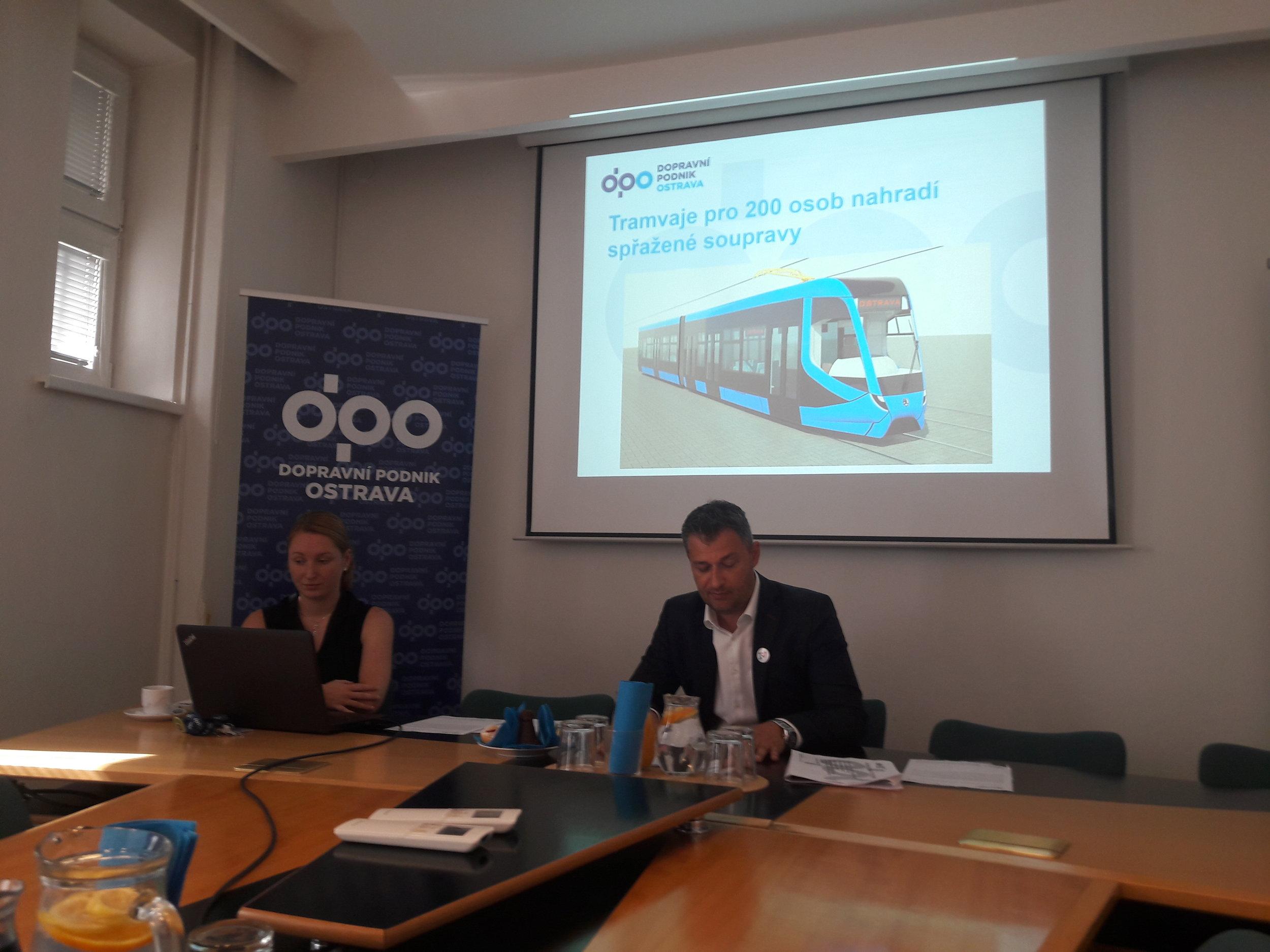 Nová tramvaj bude stát asi 48 milionů Kč. Bude přitom jen o necelé dva metry delší než tramvaj od Stadleru, která je klasifikovaná jako středně kapacitní. Podoba vozidla na snímku není definitivní.