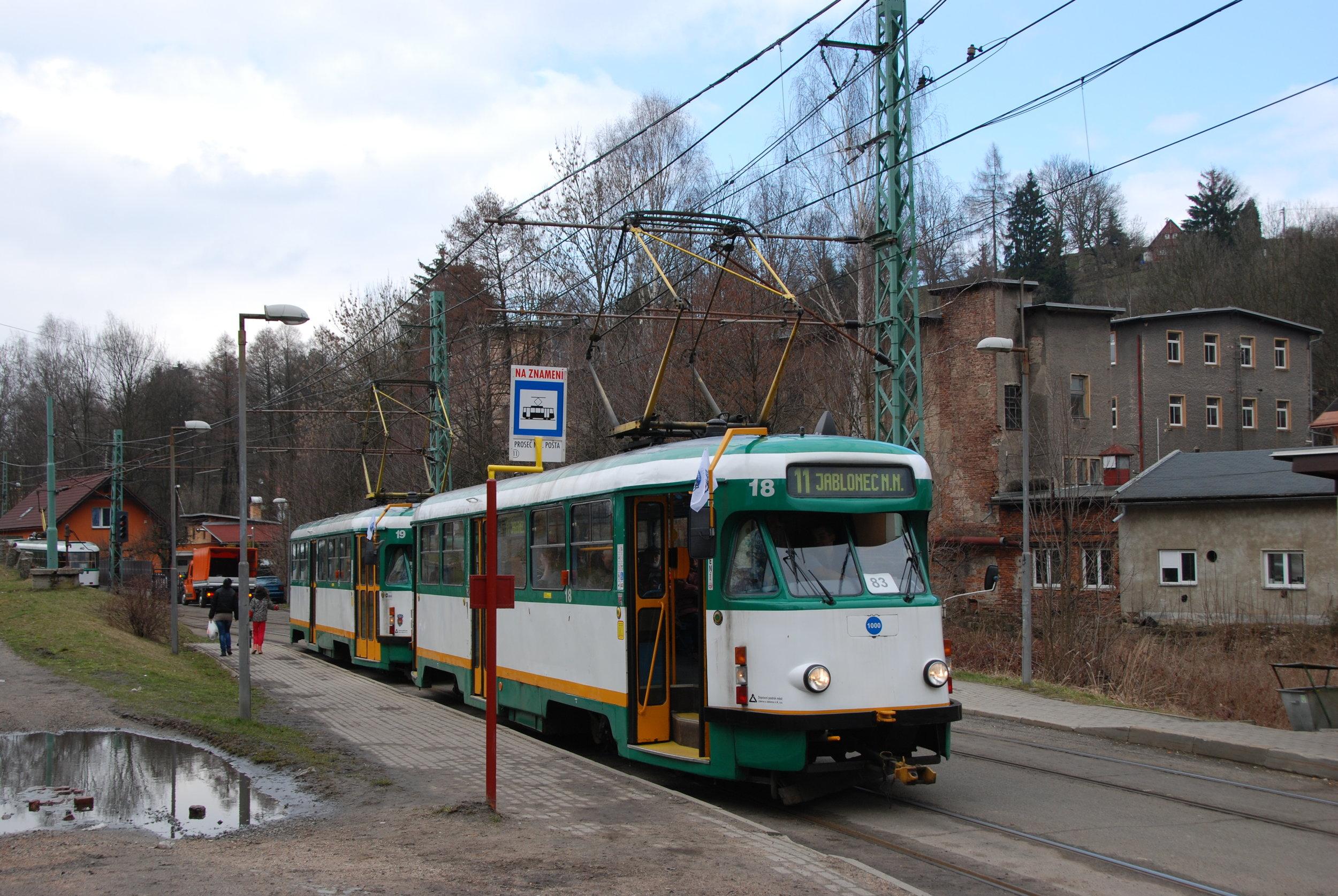 Tramvaje T2R ev. č. 18 a 19 na meziměstské trati do Jablonce nad Nisou. (foto: Libor Hinčica)