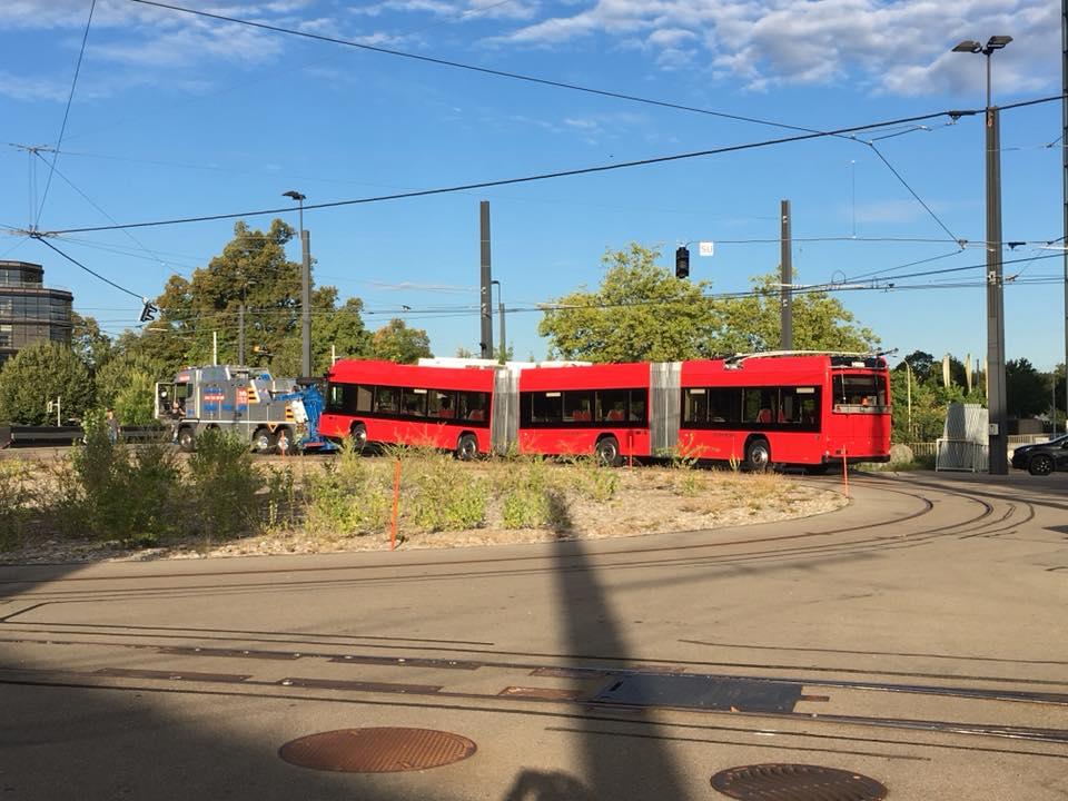 Příjezd prvního tříčlánkového trolejbusu do Bernu. (foto: BERNMOBIL)