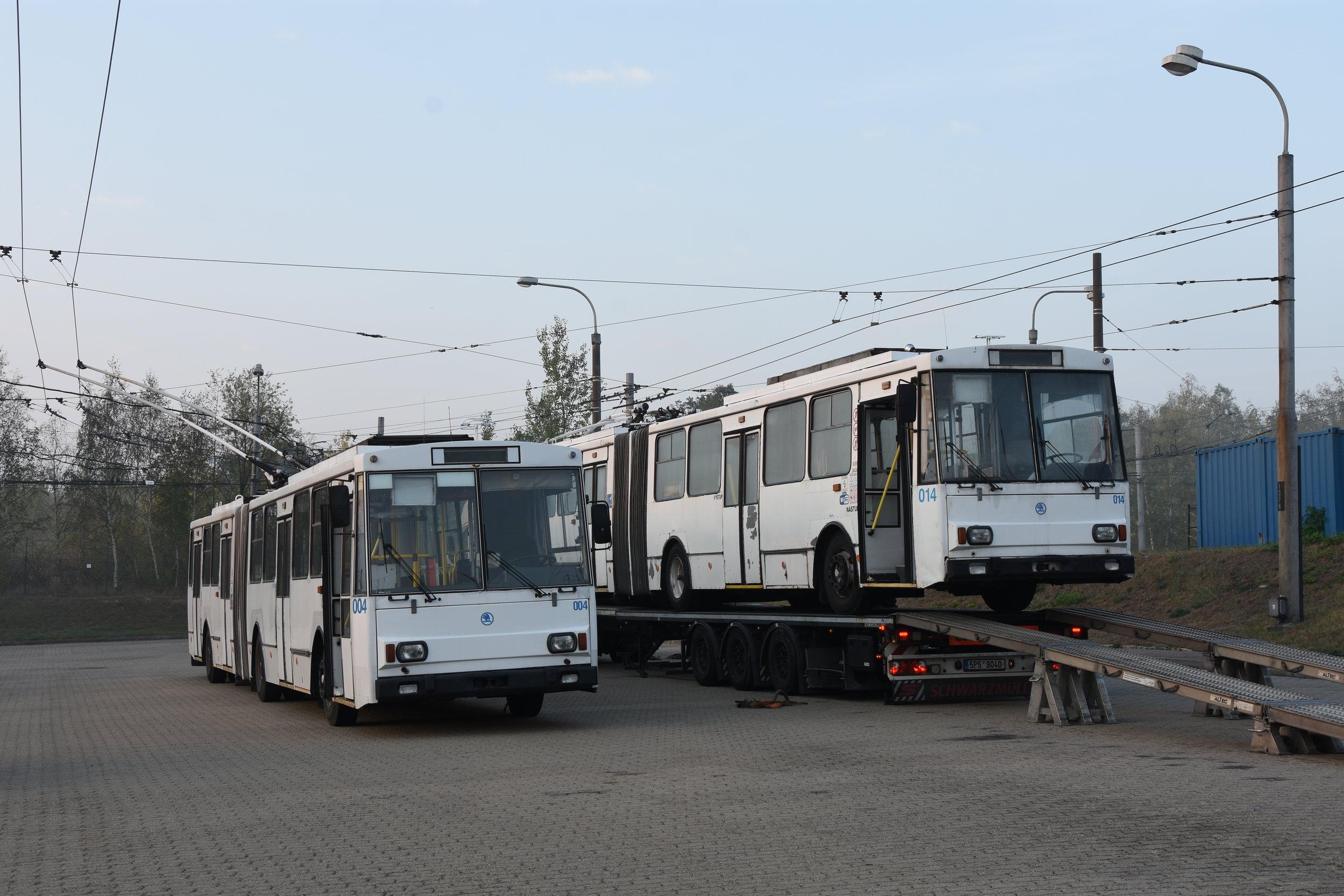 Chomutov se 18. 10. 2018 rozloučil se dvěma trolejbusy Škoda 15 Tr. Vůz ev. č. 004 získala soukromá osoba, na trajleru je již naložen vůz ev. č. 014, který zamířil do Opavy. (foto: Libor Hinčica)