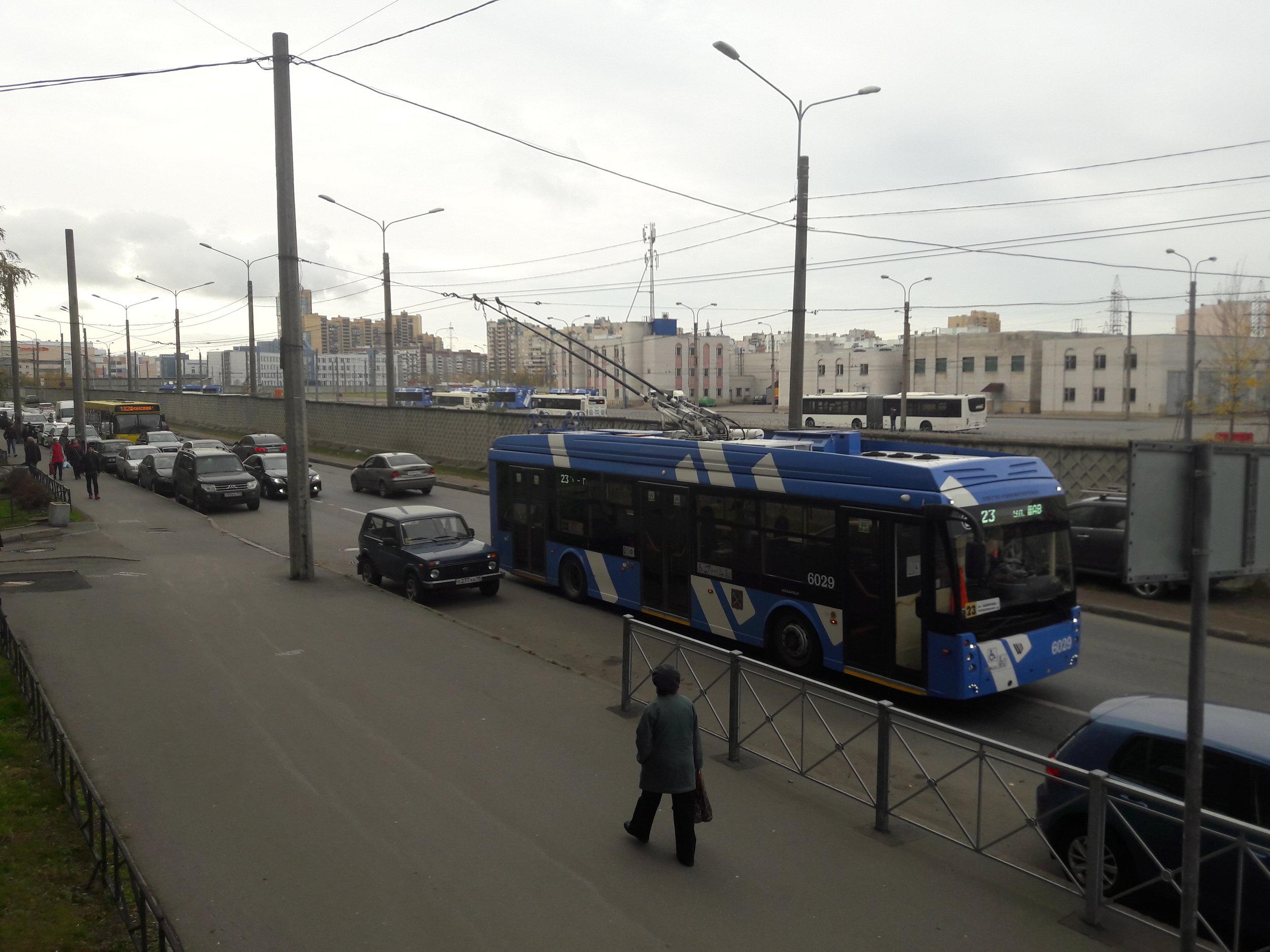 """U konečné Šavrova ulice je zázemí pro odstavení trolejbusů. Sídliště v severozápadně ležícím Primorskom rajoně, kde se konečná nachází, je velmi hustě obydlené a trolejbusy se tu """"netrhnou"""" od rána do pozdního večera, ve špičkách prakticky každé dvě až tři minuty vyjíždí trolejbus na některou z linek 2, 12, 23 či 50 (první tři výhradně s parciálními trolejbusy)."""