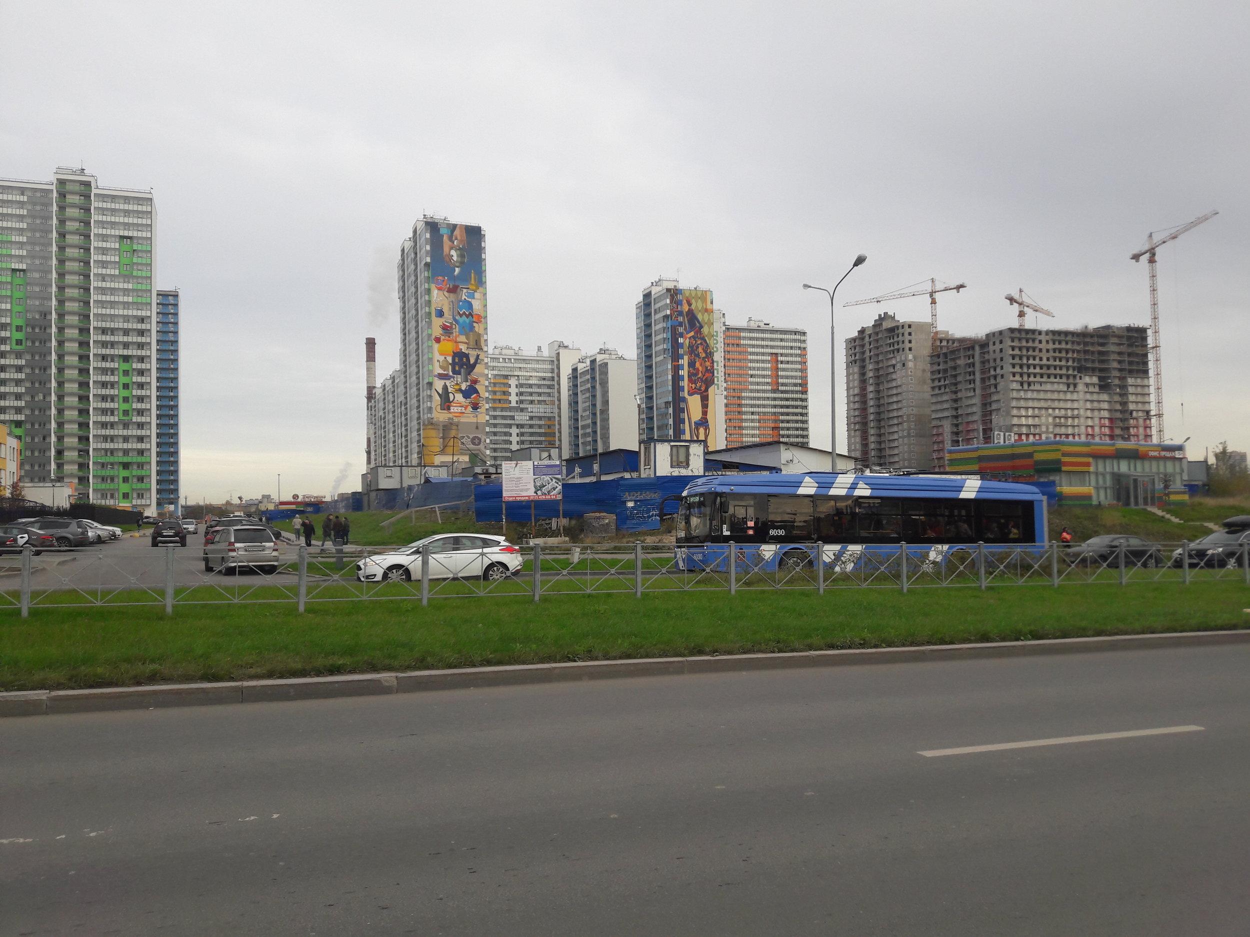 Parašutnaja ulice v Primorskom rajoně je předmětem masivní výstavby. K vidění jsou především tradiční panelové stavby, které umožňují rychle vystavět i více než 15patrové domy. Oblast tedy dává vzpomenout na socialistická léta. K vidění zde moc není, zeleň se na úkor všude stojících aut a širokých asfaltových chodníků postupně ve směru na sever zmenšuje. Do této momentálně nehostinné čtvrti začaly jezdit parciální trolejbusy linky 2, a to v intervalu zhruba každých 5 až 10 minut.