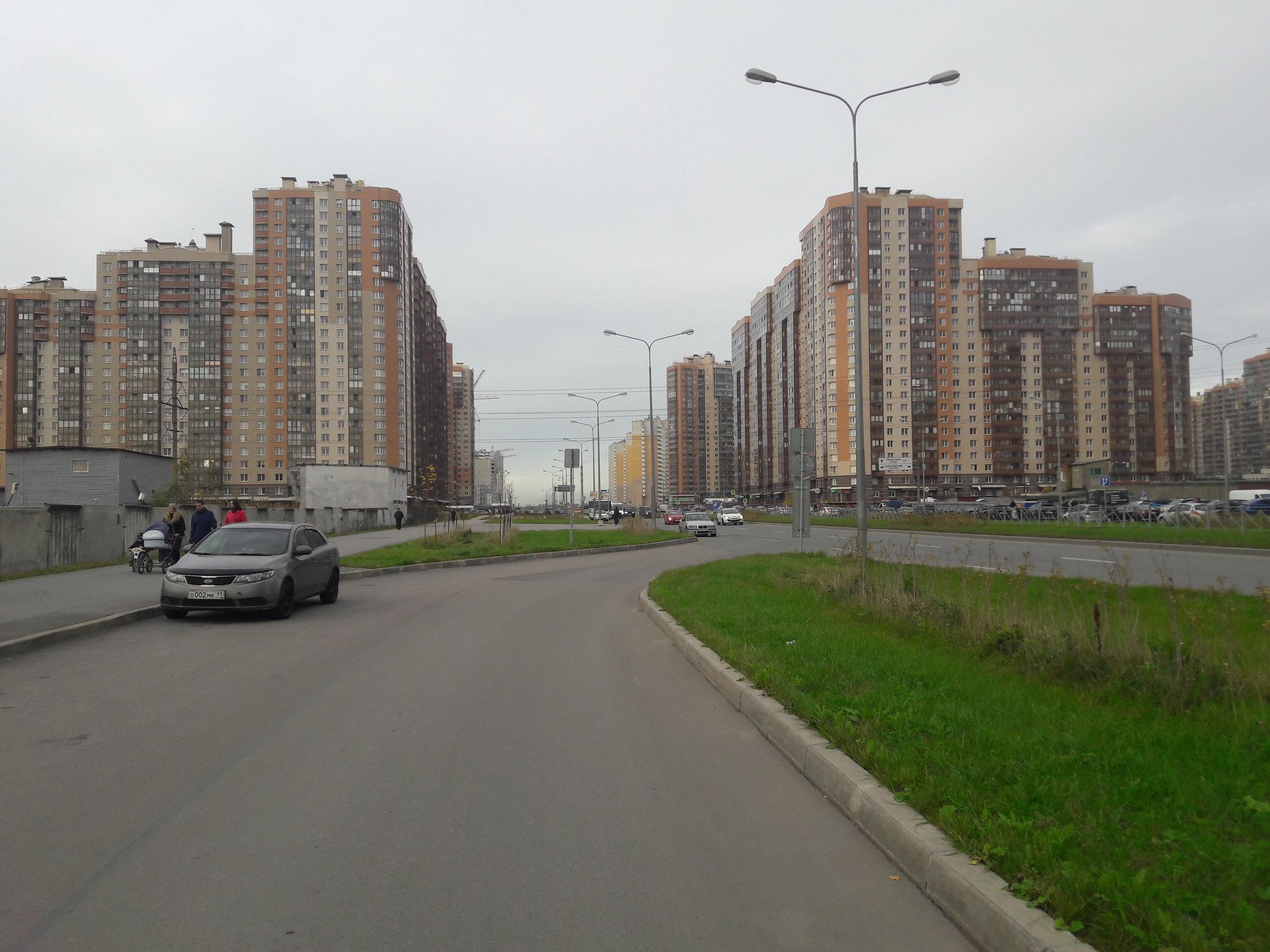 Parašutnaja ulica směrem na sever. Téměř na konci zástavby se trolejbusy otáčejí.