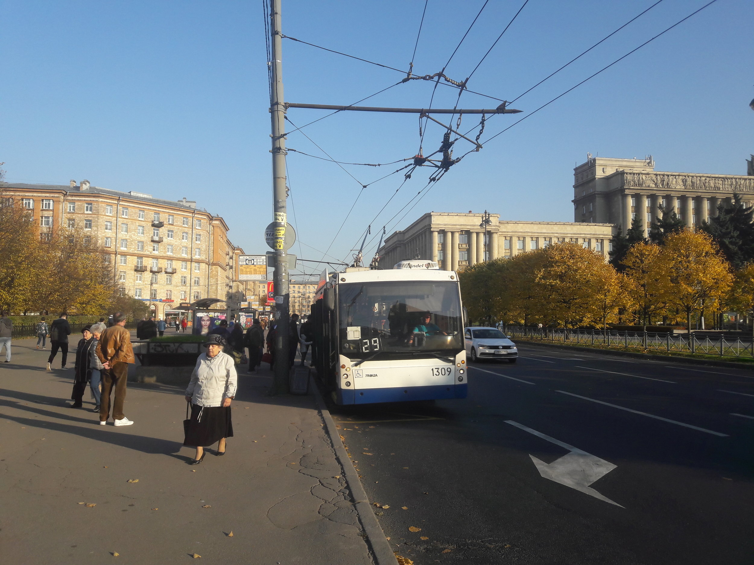 Ještě tři snímky s petrohradskými trolejbusy, aby bylo vidět porovnání se staršími vozidly, která však všechna pocházejí z tohoto století.