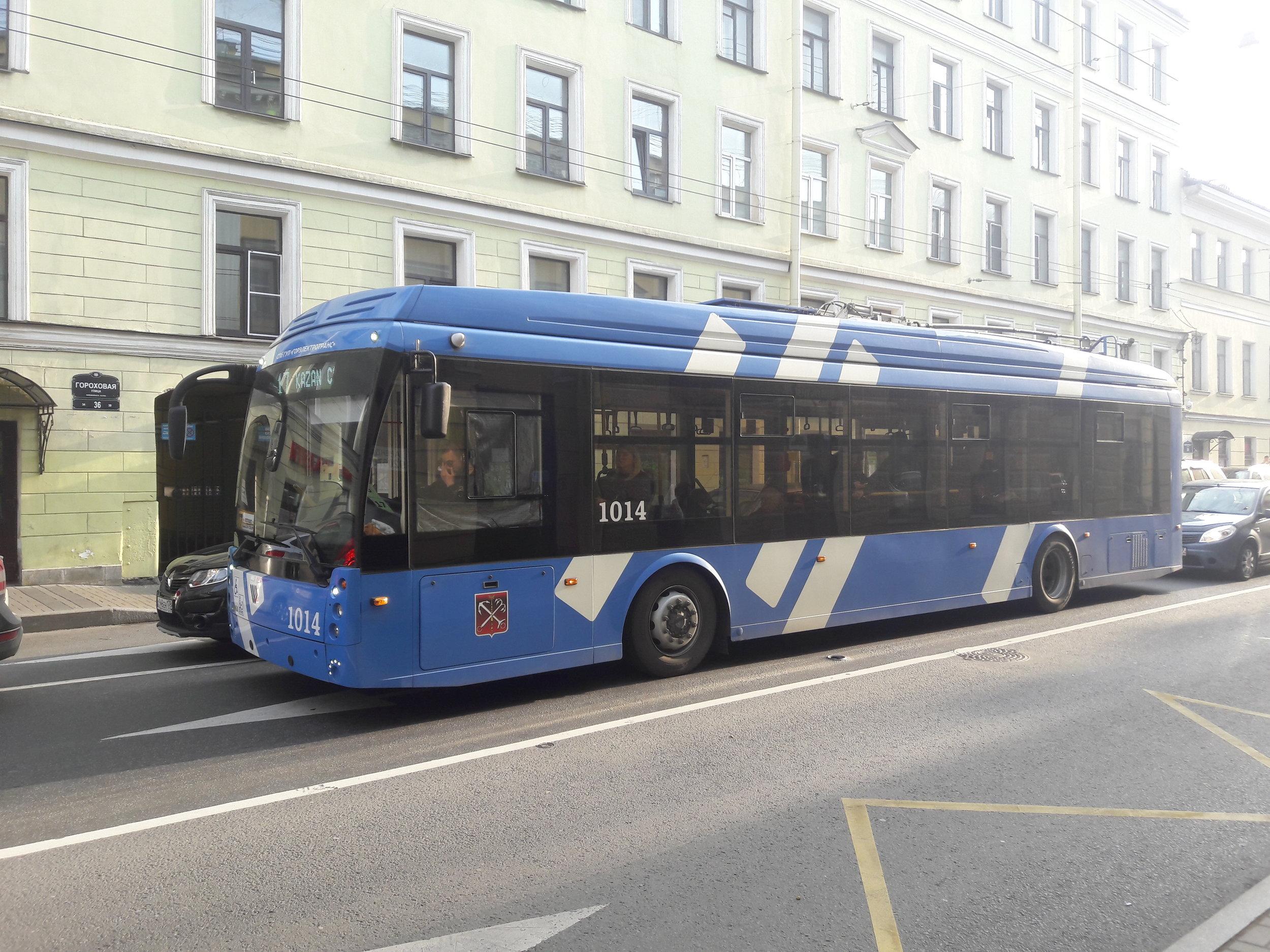 Linka č. 17 na Gorochovoj ulici. Kvůli 400 m trolejí, které se rozhodli v centru snést, musí být na tuto linku nasazovány parciální trolejbusy, ačkoli by mohly sloužit jinde. Sběrače přitom řidiči stahují mnohem dříve, než by bylo potřeba.