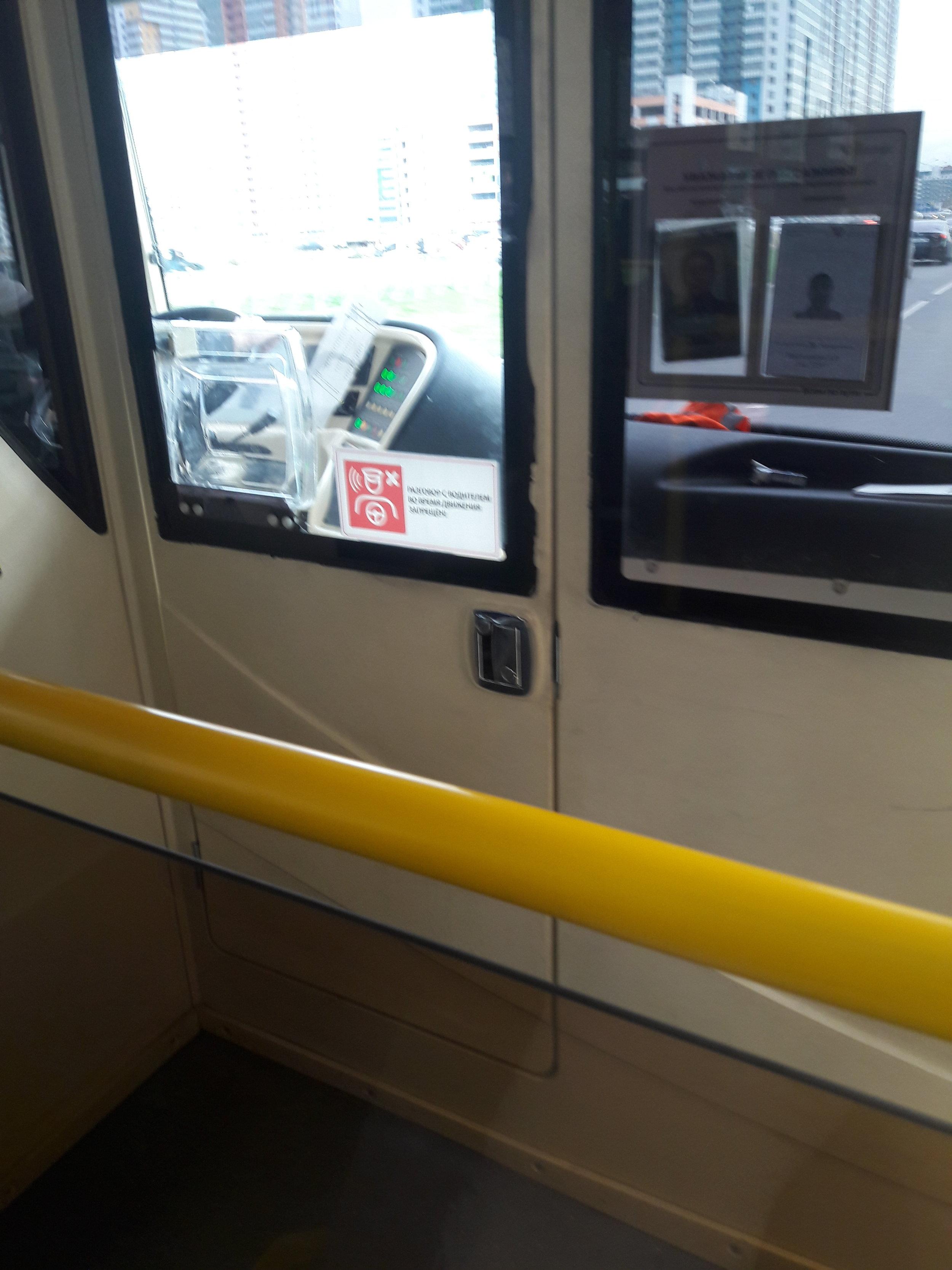 Kvalita některého materiálu je bídná, v trolejbuse se řada pásek i nadpisů odlepuje. Skvrny od špíny jsou viditelné. Město i dopravce mají pořád ještě co vylepšovat.