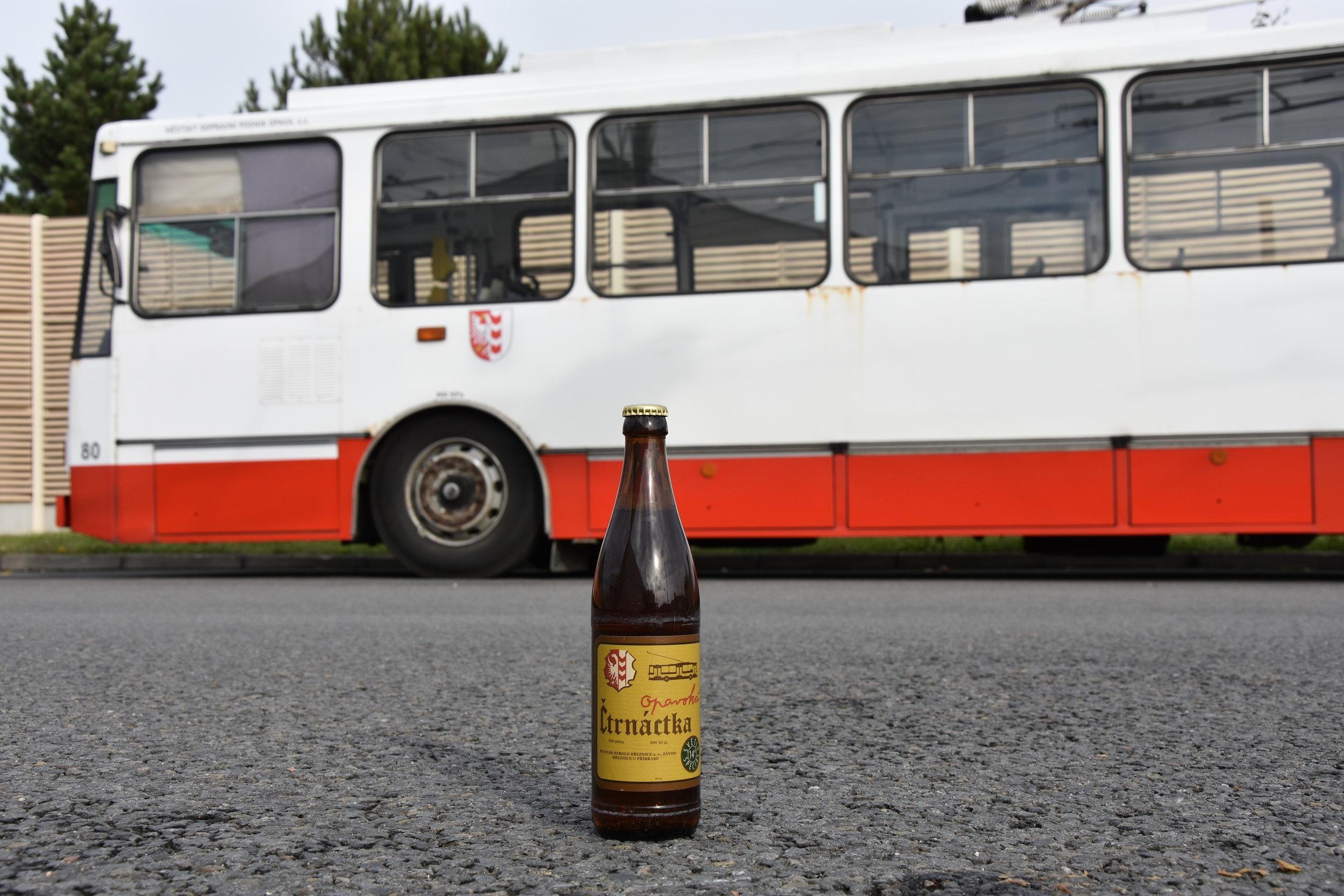 """Zátiší se čtrnáctkou. Trolejbus Škoda 14 Tr by měl být prvním trolejbusem na světě, který má """"své"""" pivo. (foto: Libor Hinčica)"""
