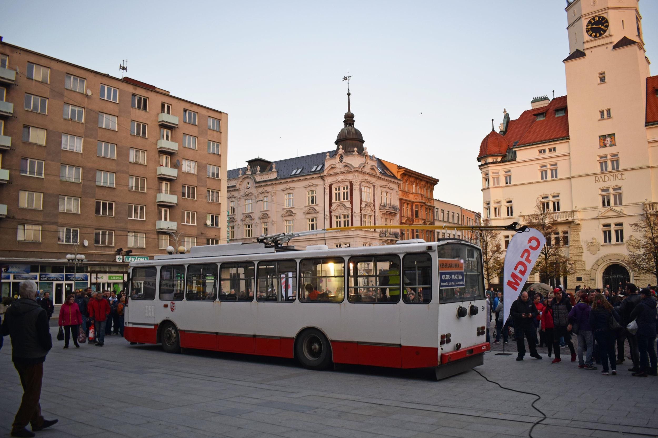 Přímo na ploše náměstí byl k vidění trolejbus Škoda 14 Tr ev. č. 80, který posloužil jako kulisa k pódiu. (foto: Petr Bystroň)