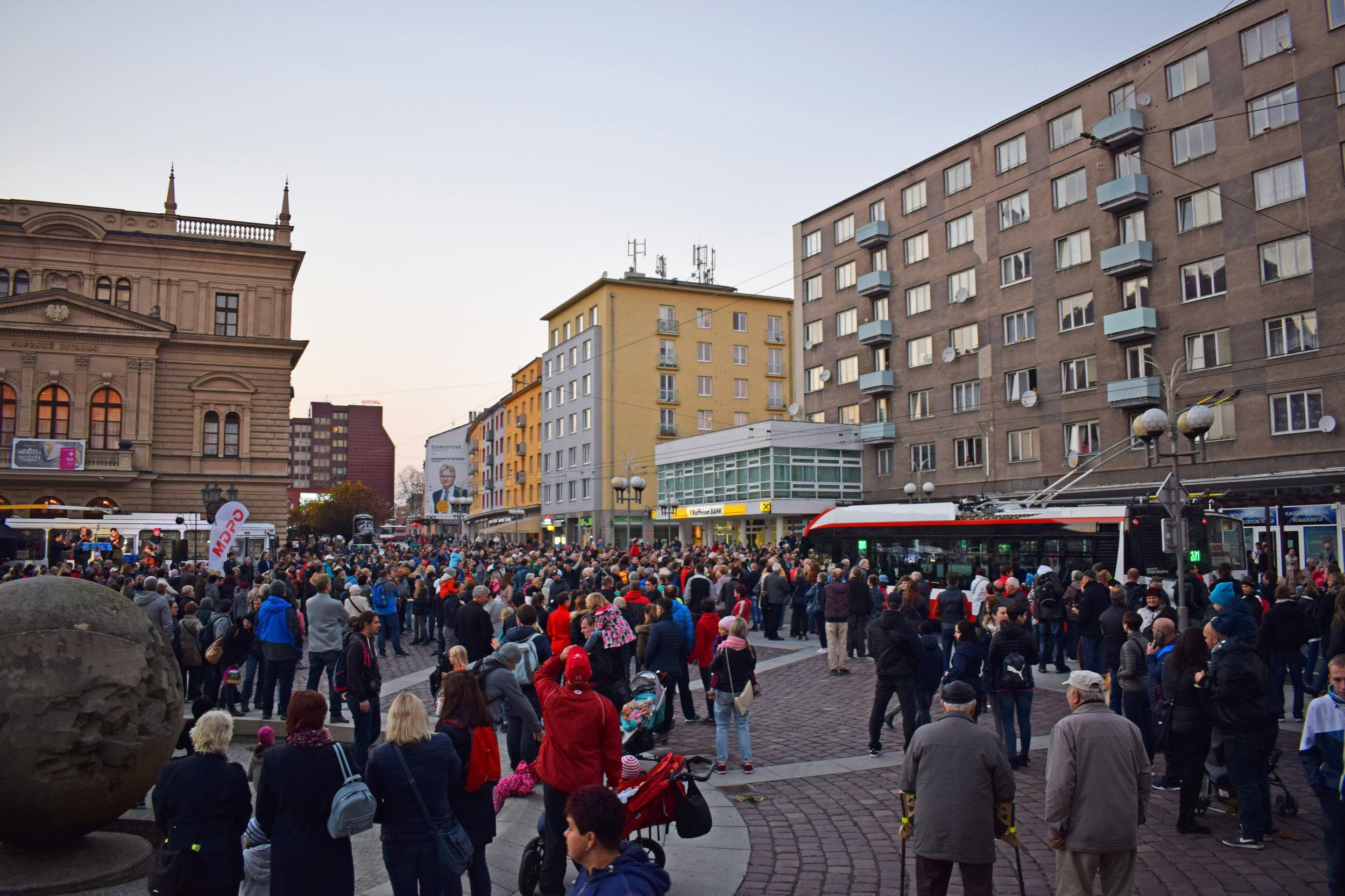 Zodpovězení otázky, zda je starý trolejbus schopen přilákat nějaké lidi, máme, zdá se, vyřešeno… (foto: Petr Bystroň)