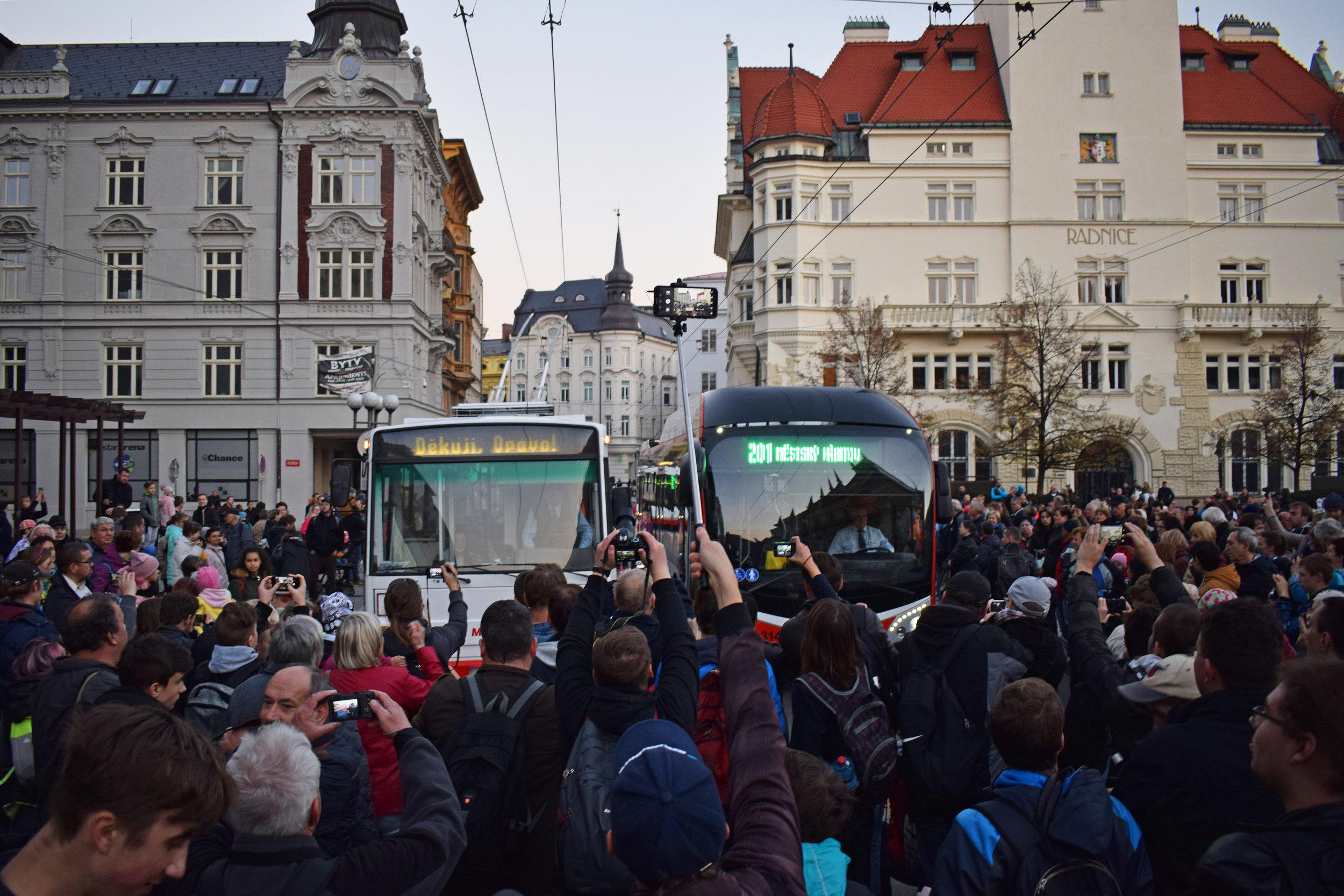 """Děkuji, Opavo"". Trolejbus Škoda 14 Tr se loučí s obyvateli Opavy. A obyvatelé se loučí s ním. (foto: Libor Hinčica)"