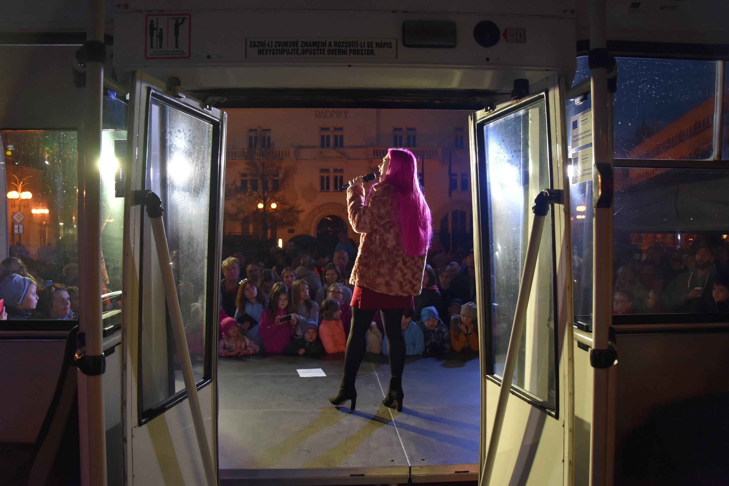 Netradiční backstage. Česko-Slovenská SuperStar Tereza Mašková zpívá na pódiu před československou strojírenskou superstar – trolejbusem Škoda 14 TrM. (foto: Libor Hinčica)