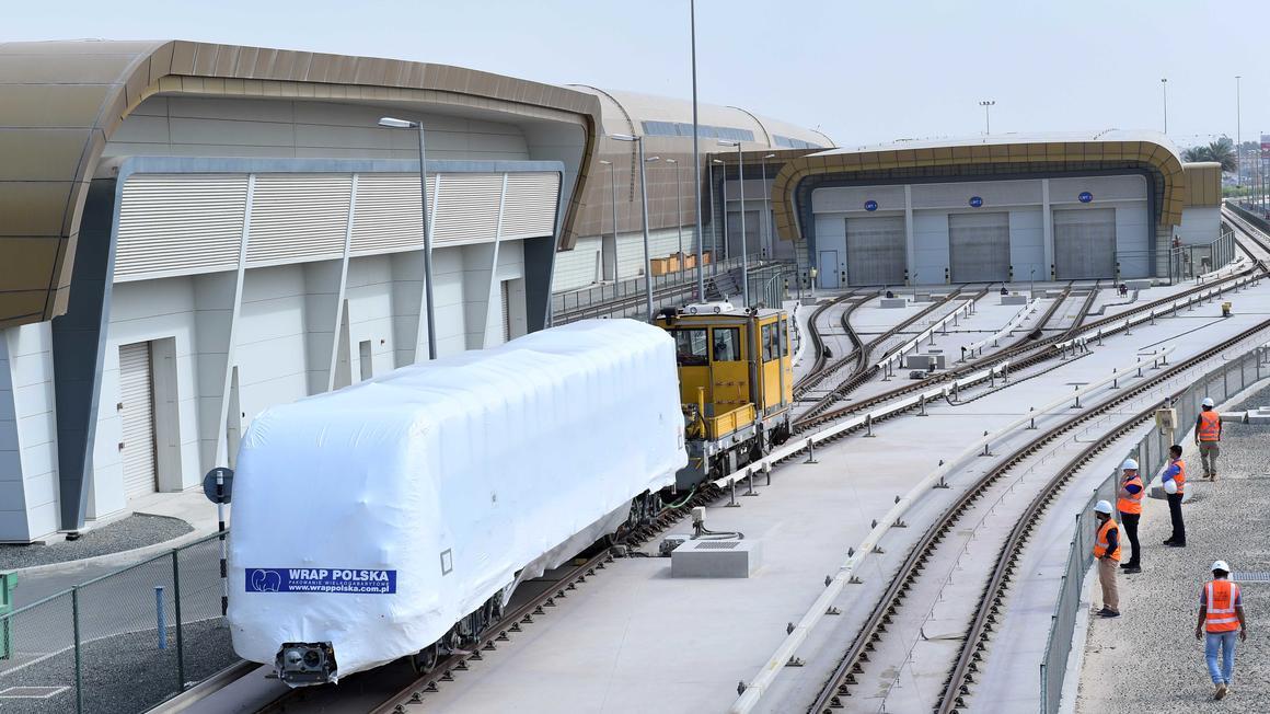 První vagón metra Metropolis pro Dubaj během manipulace v depu RTA. (foto: Alstom)