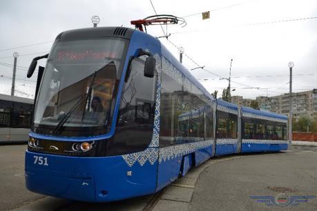 Nové tramvaje PESA Fokstrot podstatně povýšily komfort. Moskvě se ze původně dohodnutách 120 kusů podařilo udat 70, zbytek putuje právě do Kyjeva. Nyní chybí dodat poslední desítku vozidel. (foto: Kyjivpastrans)