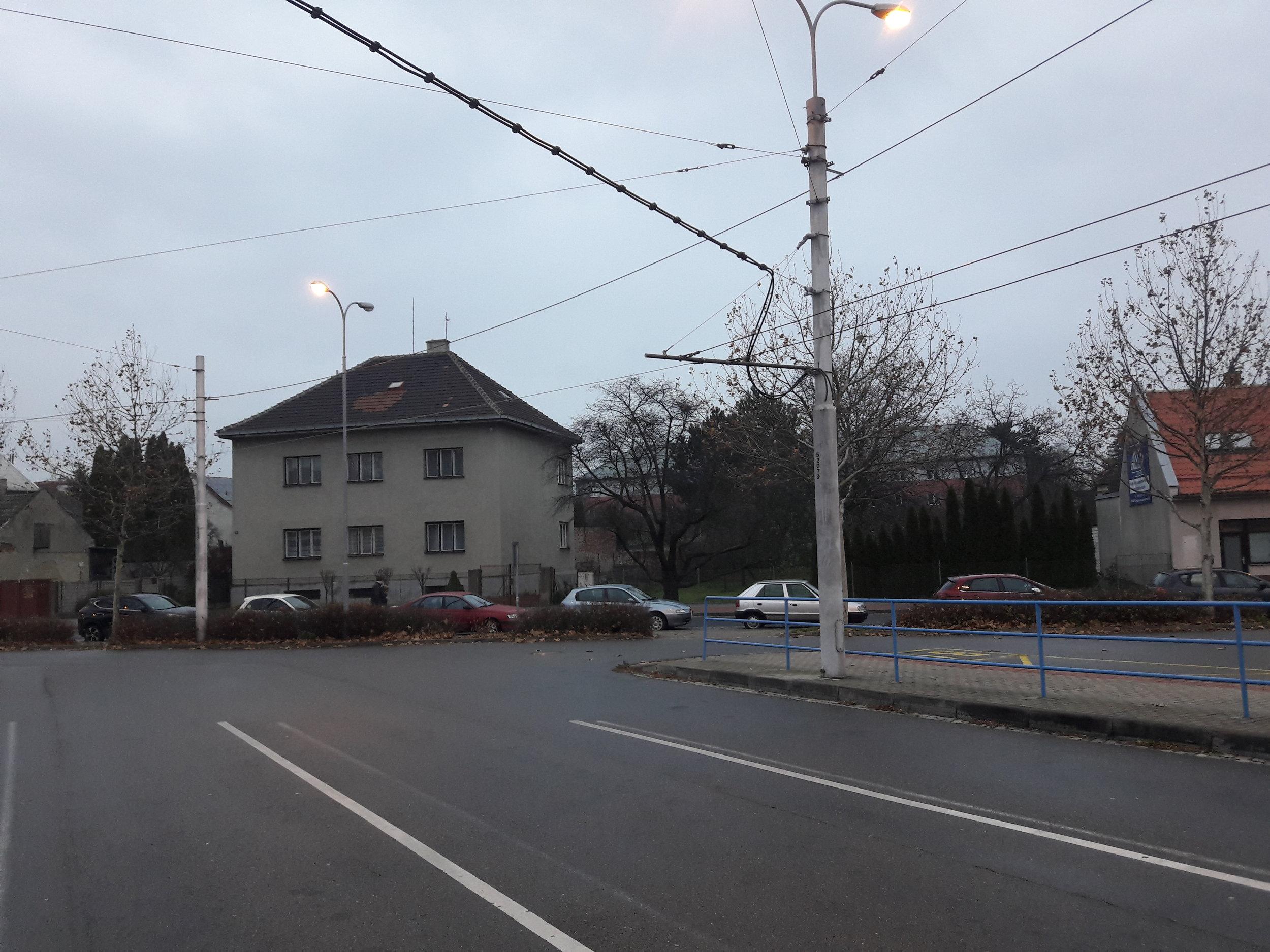 Stopa nikam nevede, je totiž pro elektrobus. Snímek je z 24. 11. 2018. (foto: 3x Vít Hinčica)