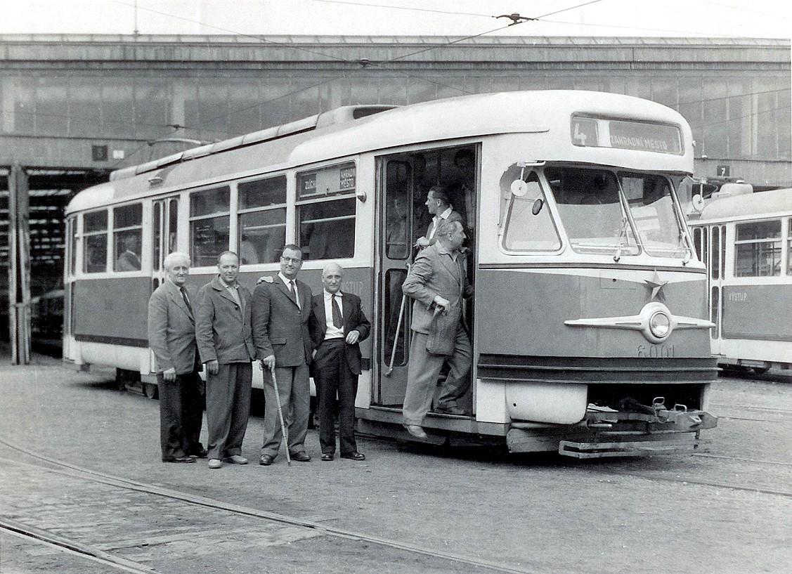 Jediný pražský vůz T2 ev. č. 6001. Druhý vůz (ev. č. 6002) byl v provozu jen v rámci zkoušek. (sbírka: Tomáš Dvořák)