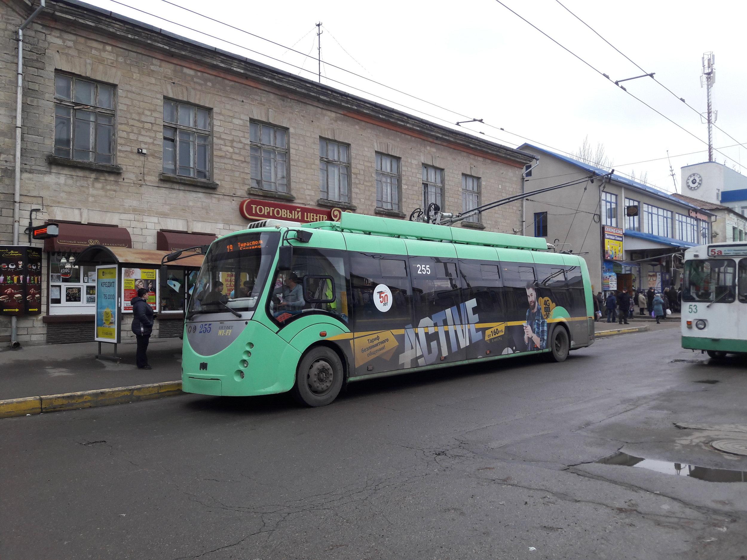 Na konečné LAZO v Benderech vidíme vůz BKM 420030 «Vitovt». Vitovtů má Tiraspol jen dva kusy, oba vyrobené roku 2012. (foto: Vít Hinčica)