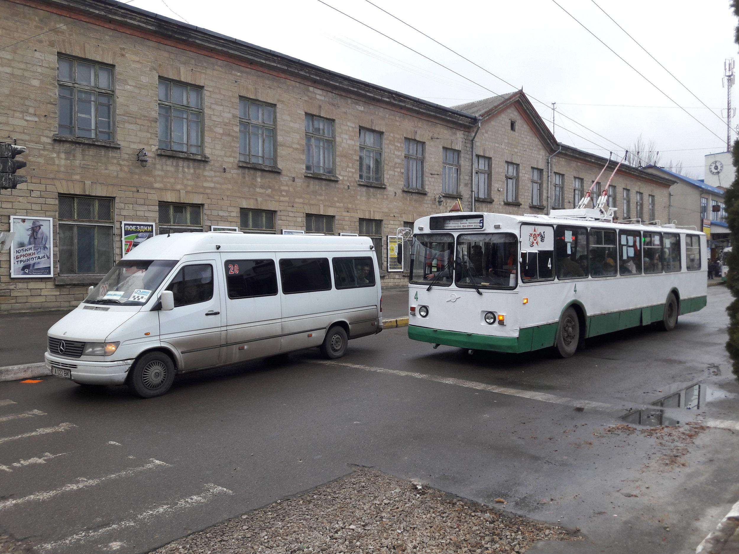 Trolejbus vyjíždí z konečné LAZO.