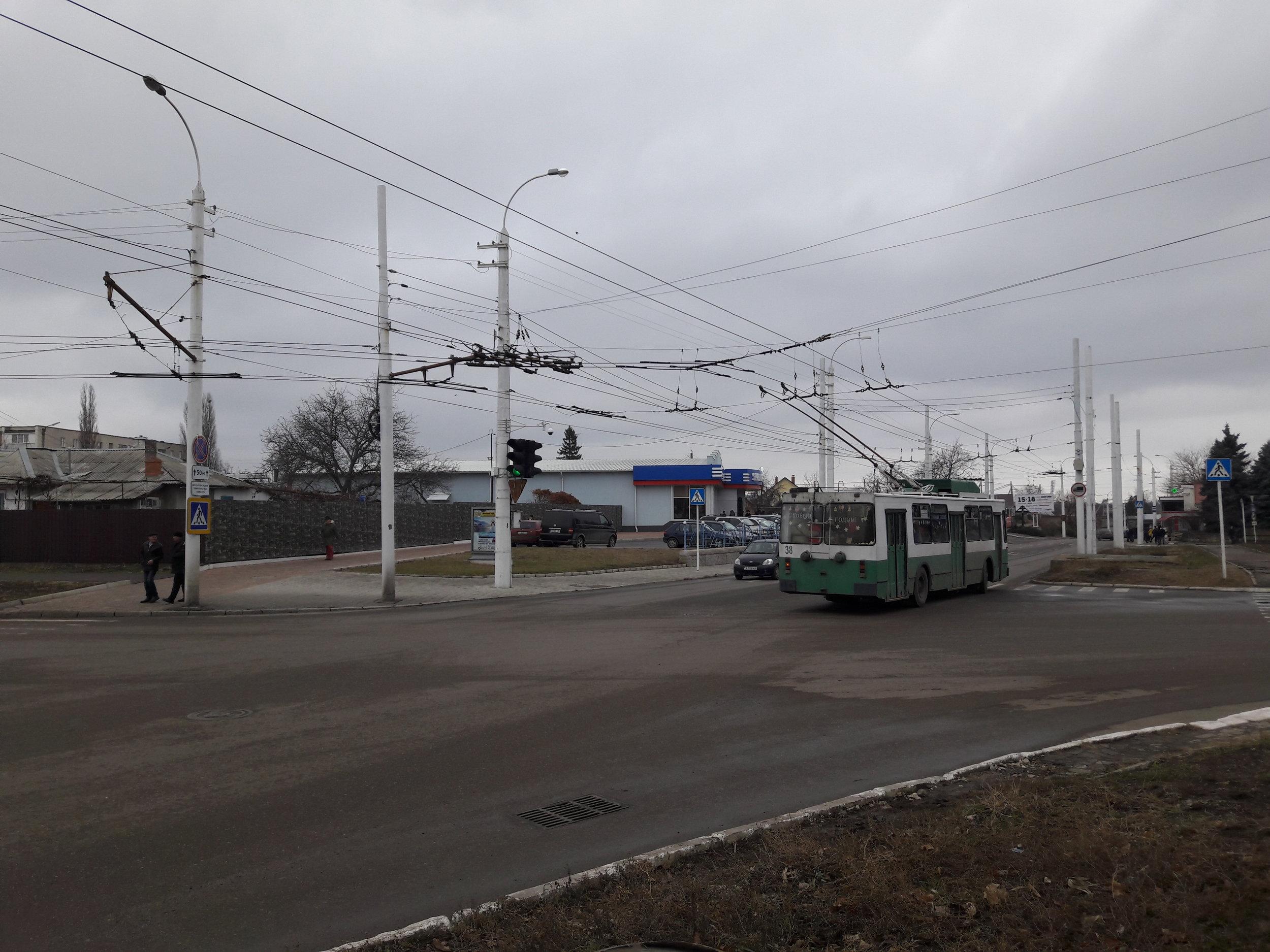Křižovatka, přes kterou jezdí okružní linka 4 a linka č. 3.