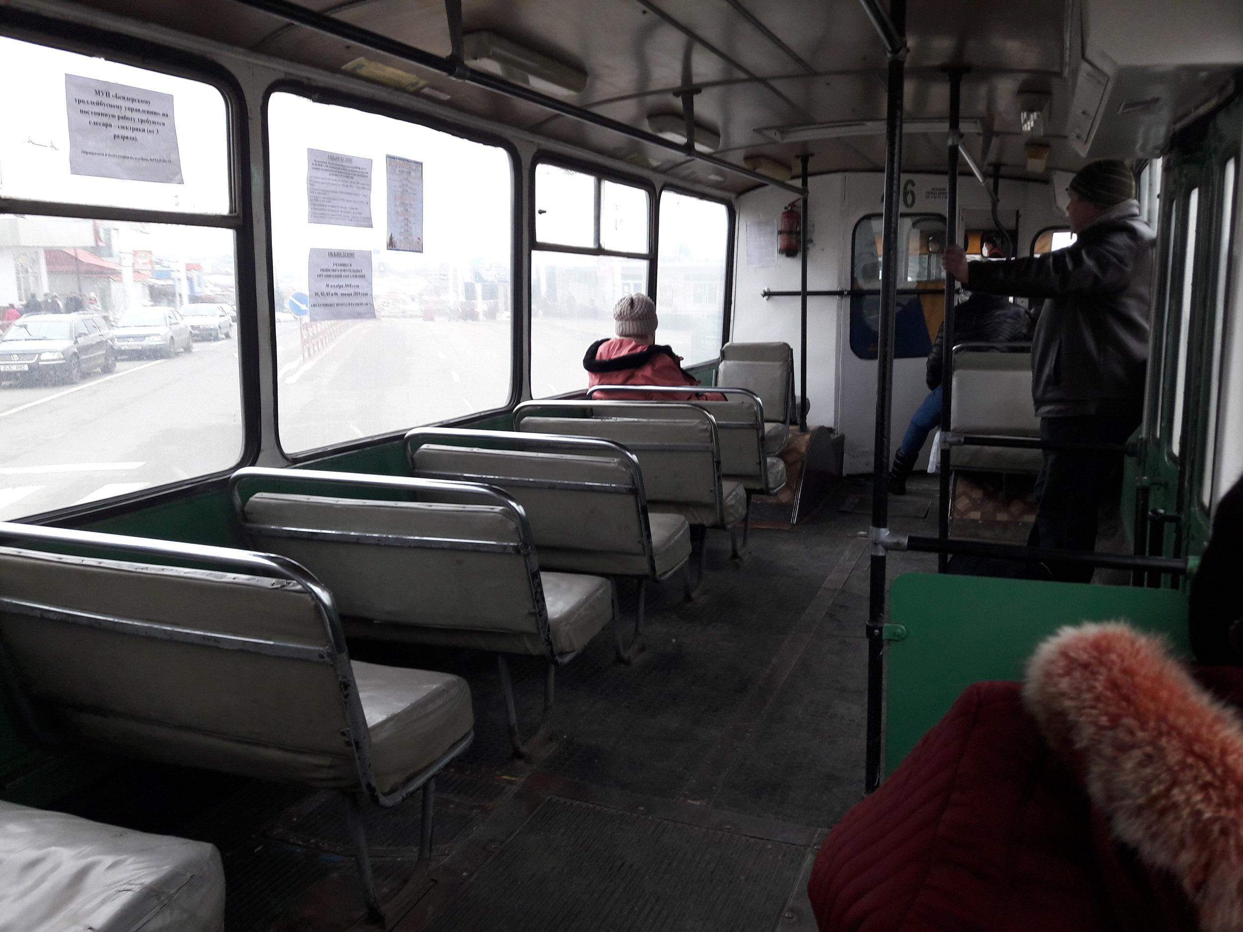 Benderská ZiUčka jsou sice často už zralá na důchod, ale většina z nich nadále slouží a odolává i obvykle žalostným místním vozovkám. V interiéru těchto trolejbusů to sice čistotou zrovna nevoní, je v něm ale i v zimním počasí docela teplo.