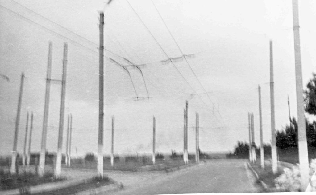 Stav trati u jižní konečné na snímku z roku 1994, kdy byl už provoz zavřený. Trať neměla výhybky, sběrače se musely překládat. Dvojité sloupy byly postaveny za účelem zvládnutí zatížení trati.