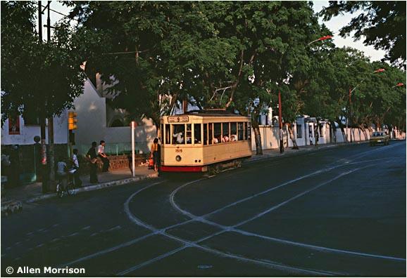 Tramvaj na nakrátko obnovené lince č. 9 při zatáčení z třídy Mariscal López do ulice Brazil.