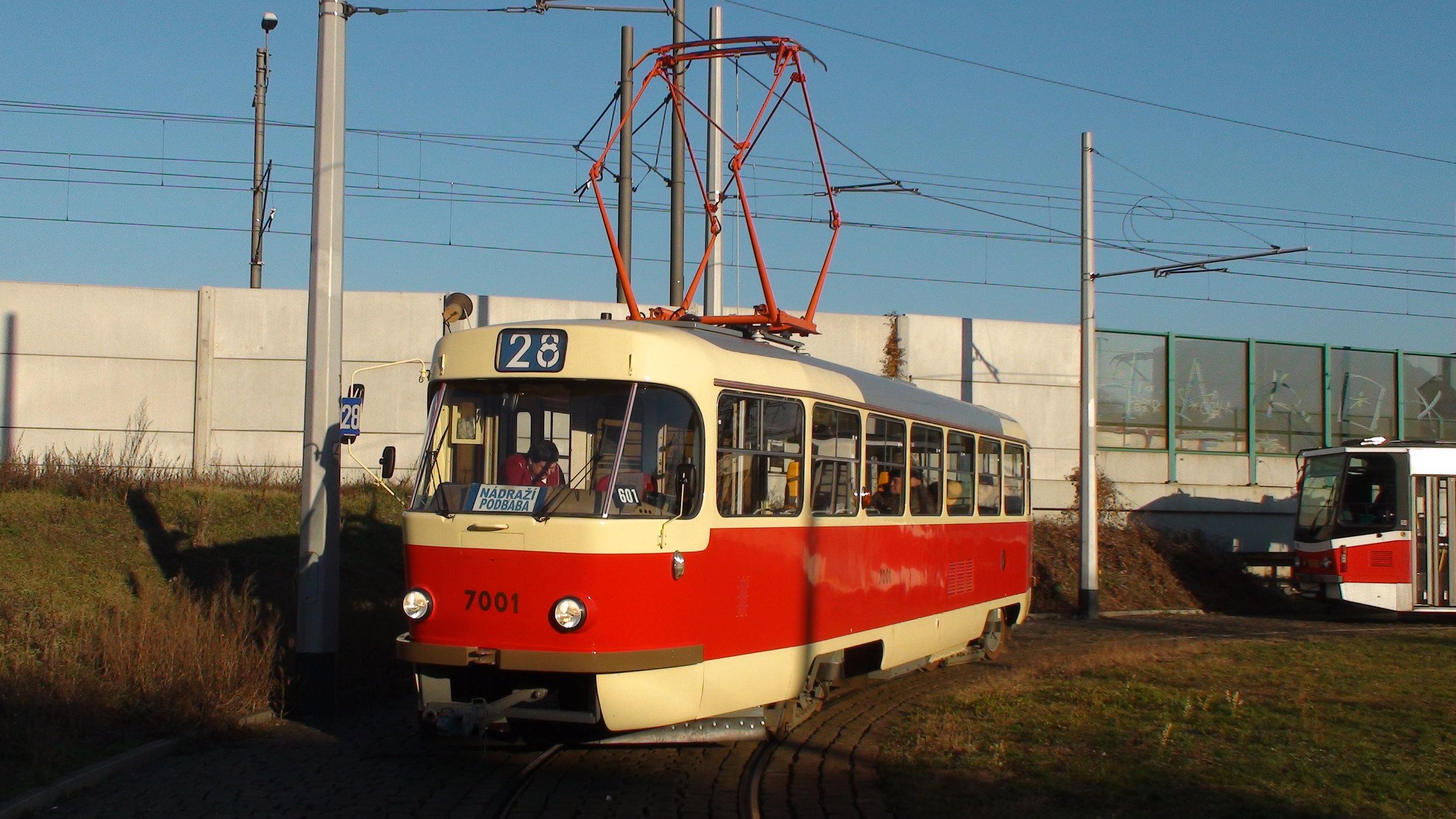 Tramvaj T3SU ev. č. 7001 odpovídá po opravě stavu okolo roku 1985. (foto: DPP)