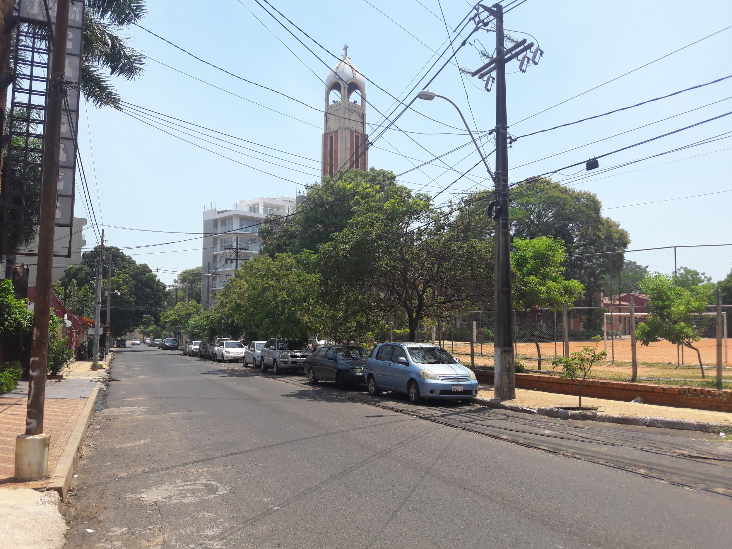 Koleje u konečné ve čtvrti Las Mercedes (pohled na sever, kde kolej končí).