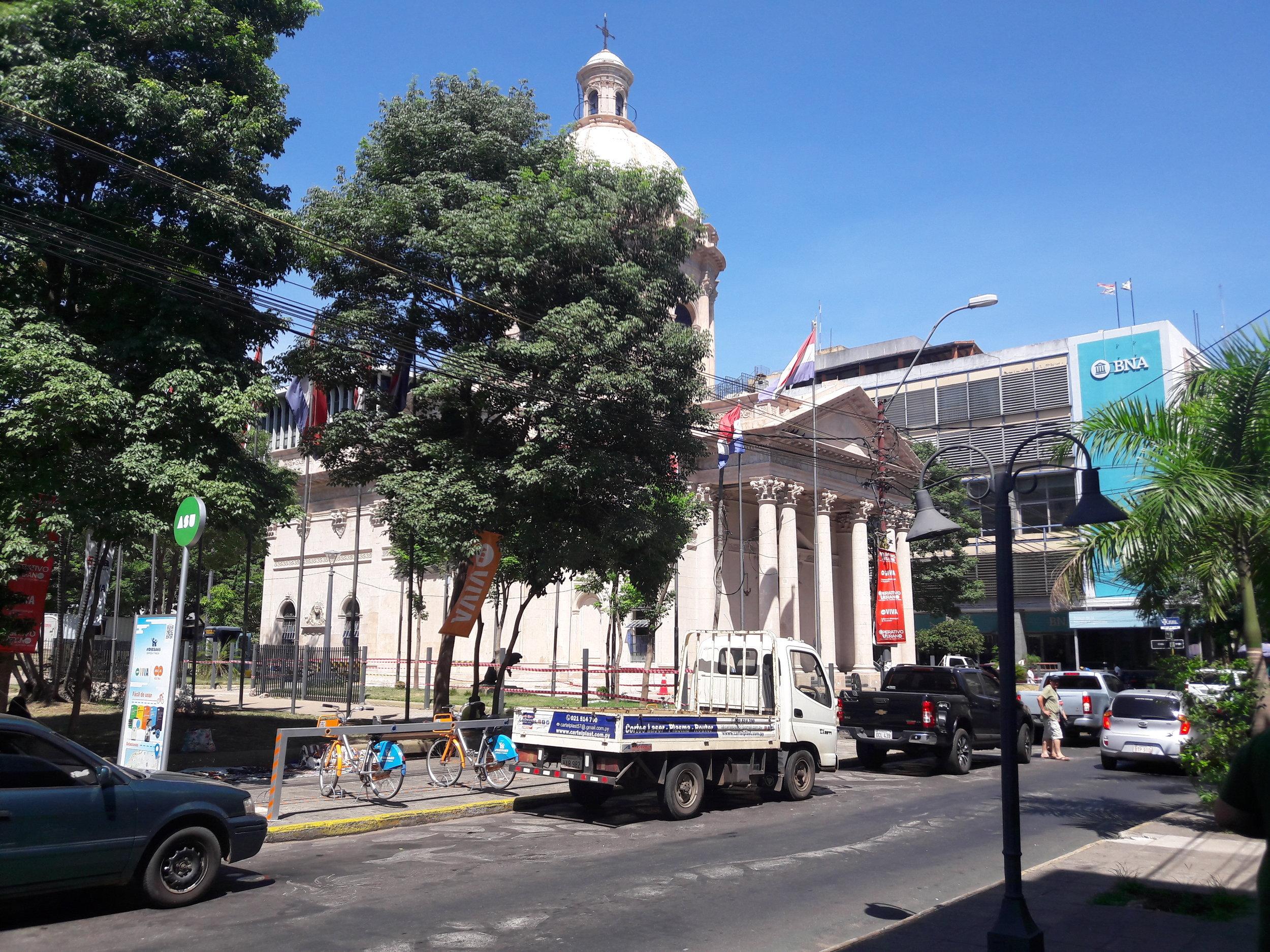 Ve třech dalších ulicích směrem dále od přístavu vedly také tramvajové koleje. Na snímku druhá z těchto tří, a sice ulice Palma (směrem vlevo pak nazývaná jako Mariscal Estigarribia).