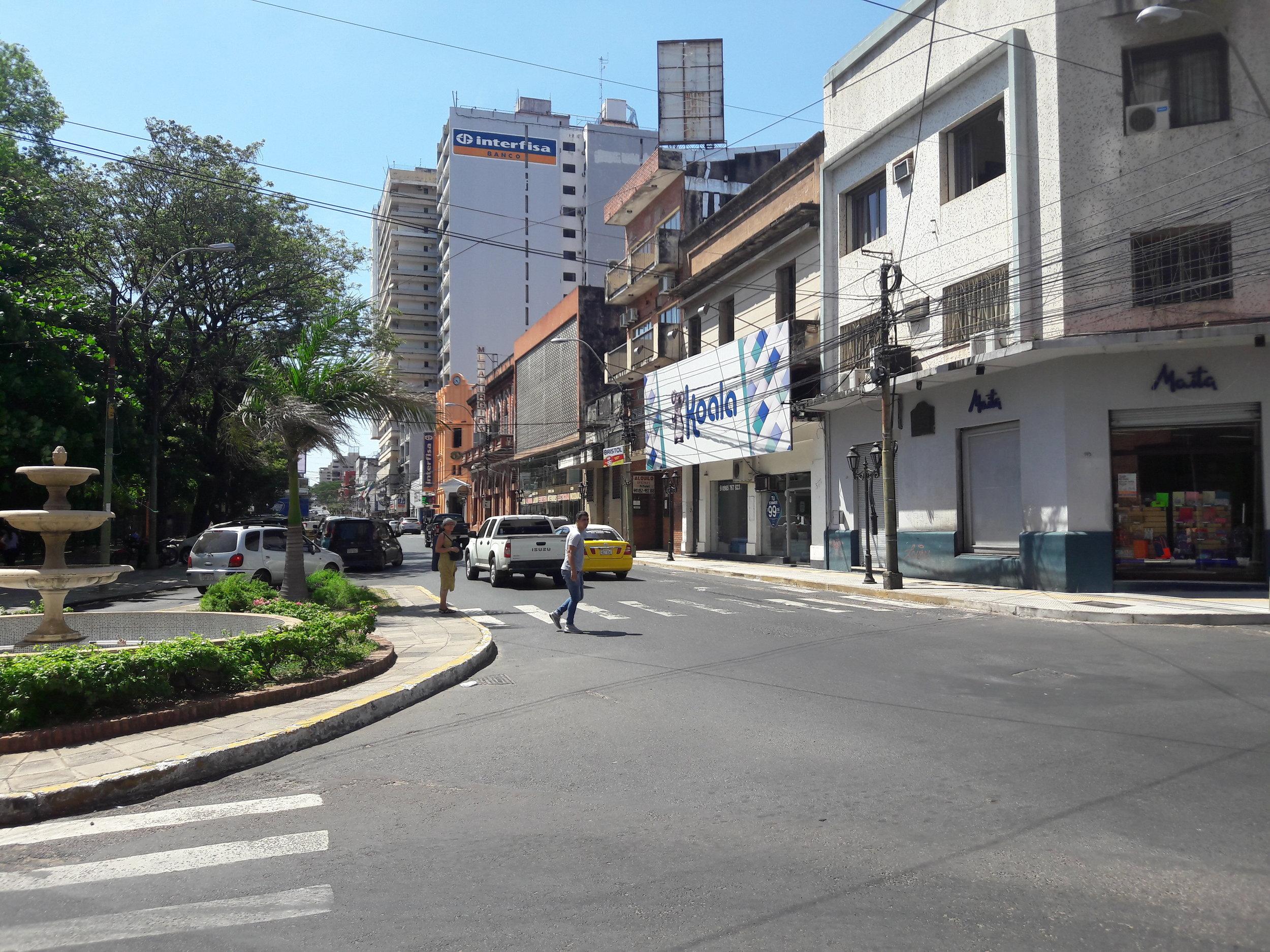 A zde už jsme na jihozápadním okraji Plaza Uruguaya. Jedná se o čtvercové náměstí, kolem kterého mohly tramvaje jezdit dokola.