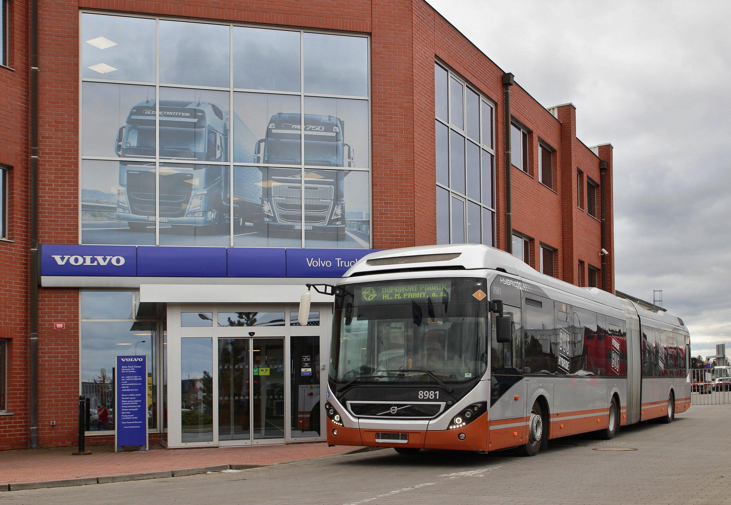 Autobus Volvo 7900 Articulated Hybrid ještě s původním belgickým číslem 8981, zdokumentovaný je ale již v Praze. Nést by měl ev. č. 6000. (foto: Zdeněk Jelínek)