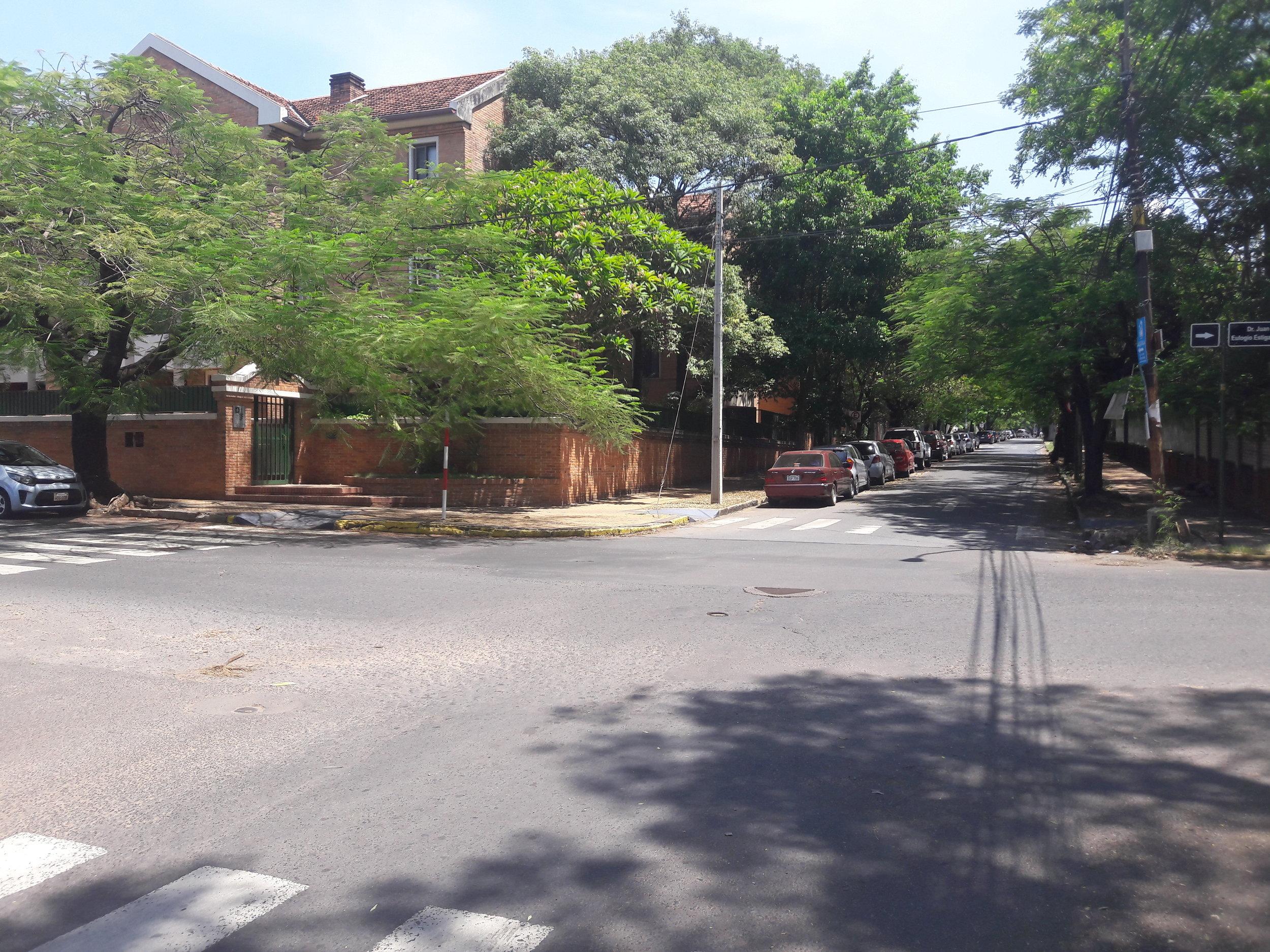 Křížení ulic Cruz del Chaco a Guido Boggiani (koleje vedly doleva; viz plánek Allena Morrisona).