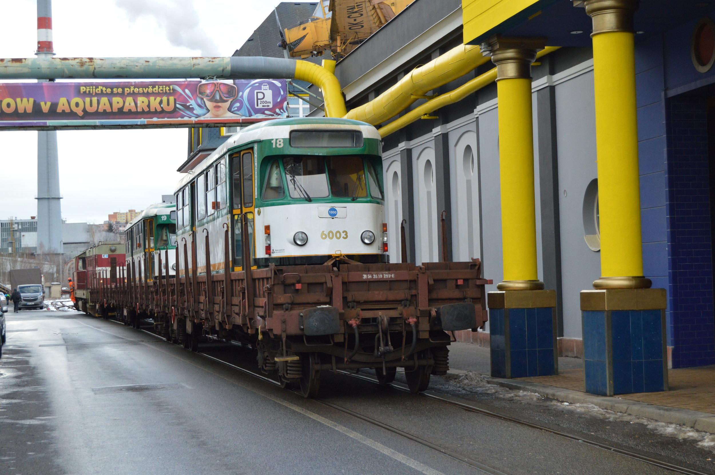 Tramvaje T2R původních ev. č. 18 a 19 opouštějí Liberec. (foto: Zdeněk Mazánek)