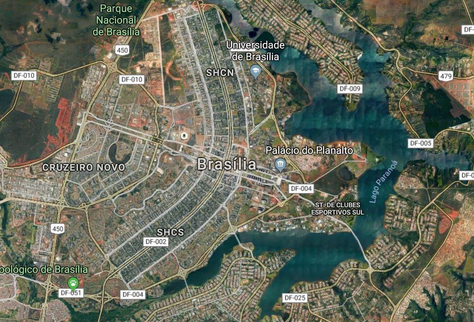 """Centrum Brasílie při pohledu shora. Metro začíná tam, kde je nápis """"Brasília"""" a pokračuje směrem dolů, tam kde jsou písmena SHCS. (zdroj: Google Maps)"""