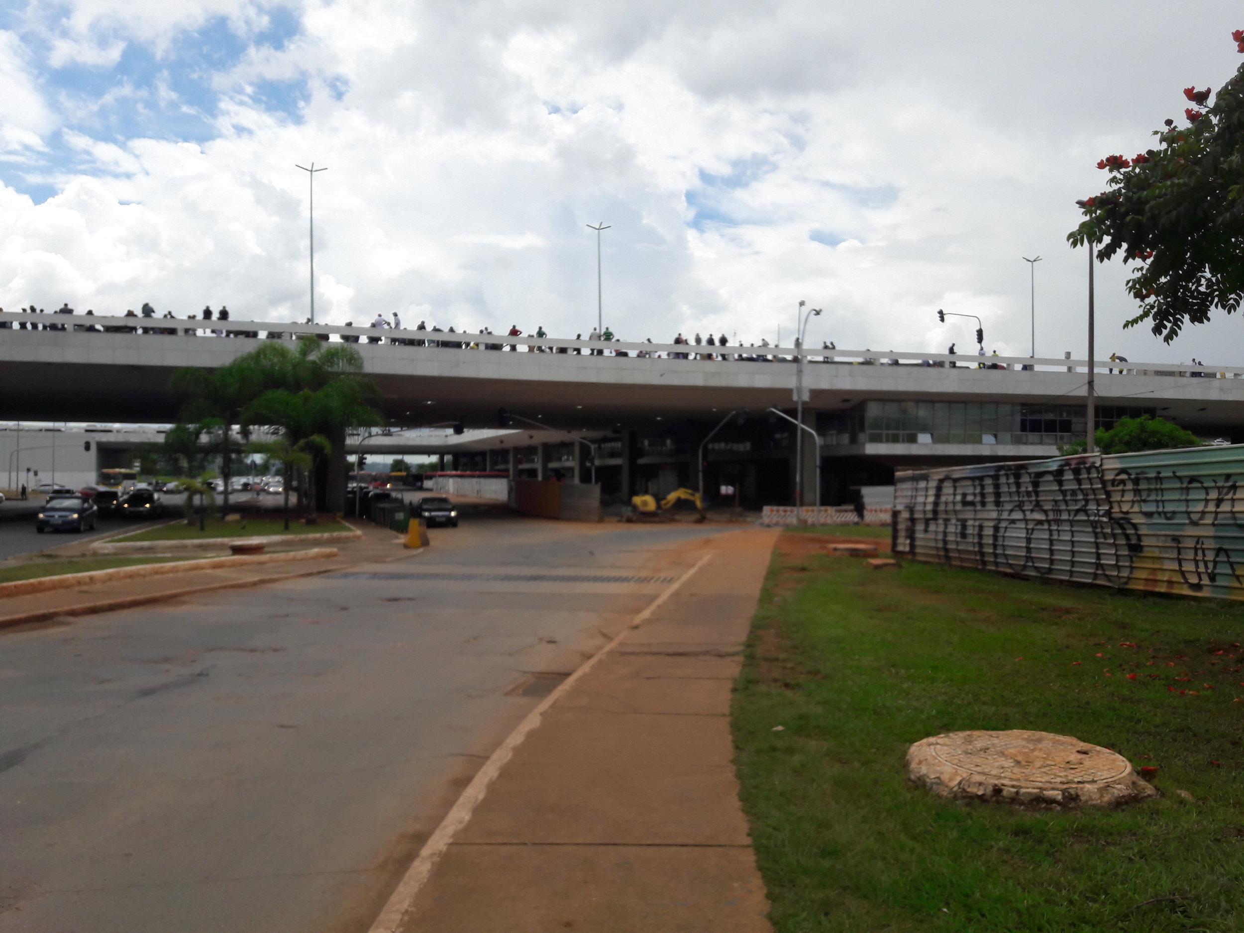 Dopravní terminál ve špičce na čtyřech snímcích (poslední ukazuje vchod do stanice Central). Ačkoli se to ze snímků možná nezdá, jedná se zároveň o jedno velké tržiště, na kterém obchodují i různí podivní jedinci, je tedy nutné být opatrný na své osobní věci.