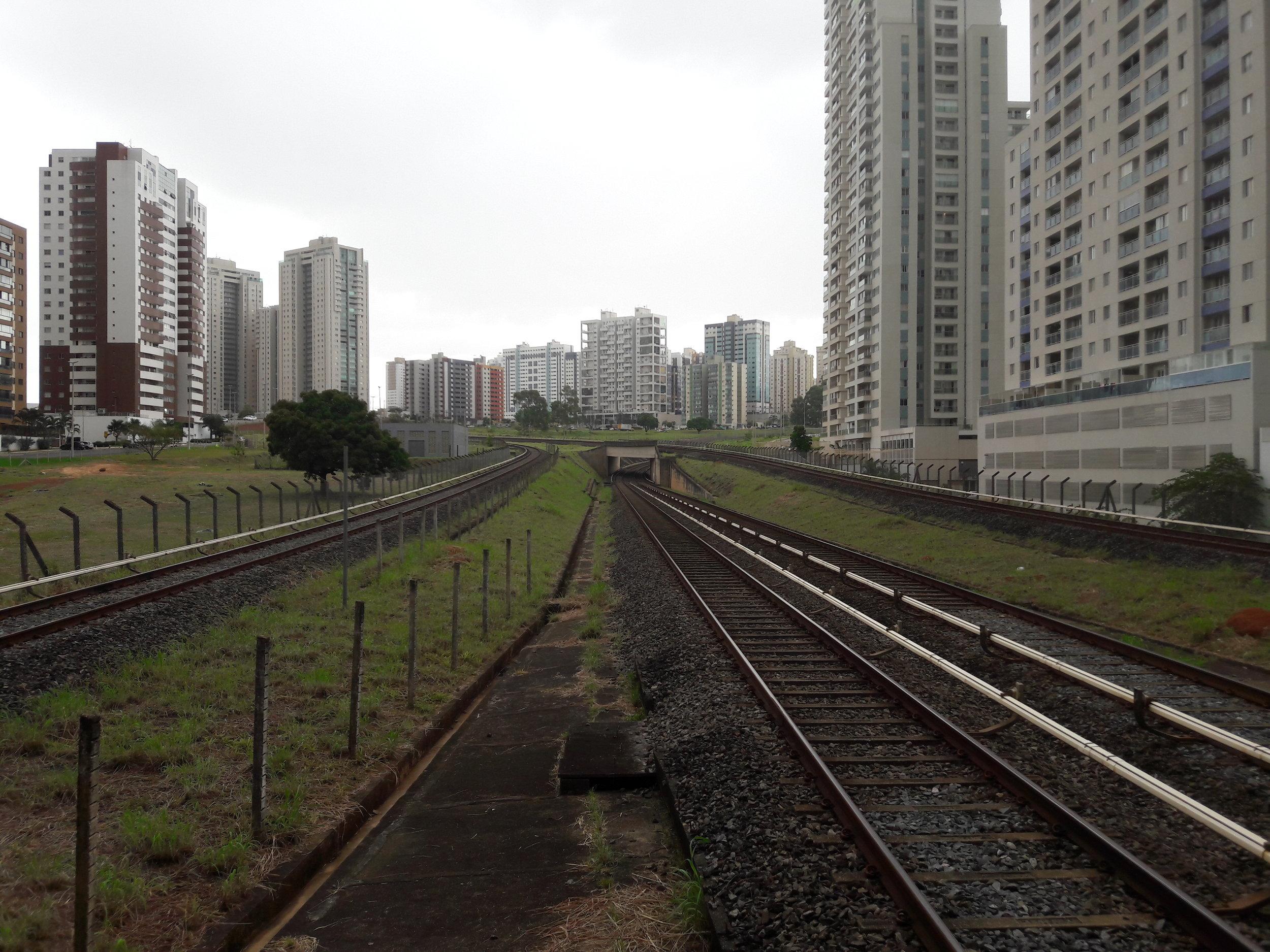 Stanice Águas Claras. Před třiceti lety nebyly výškové domy v dané lokalitě přítomny.