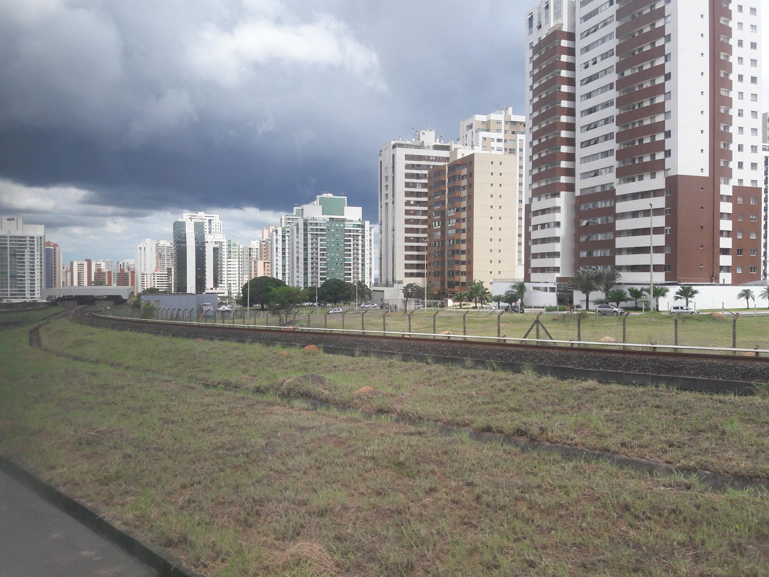 Pohled na stanici Águas Claras při výjezdu směrem do Samambaie.