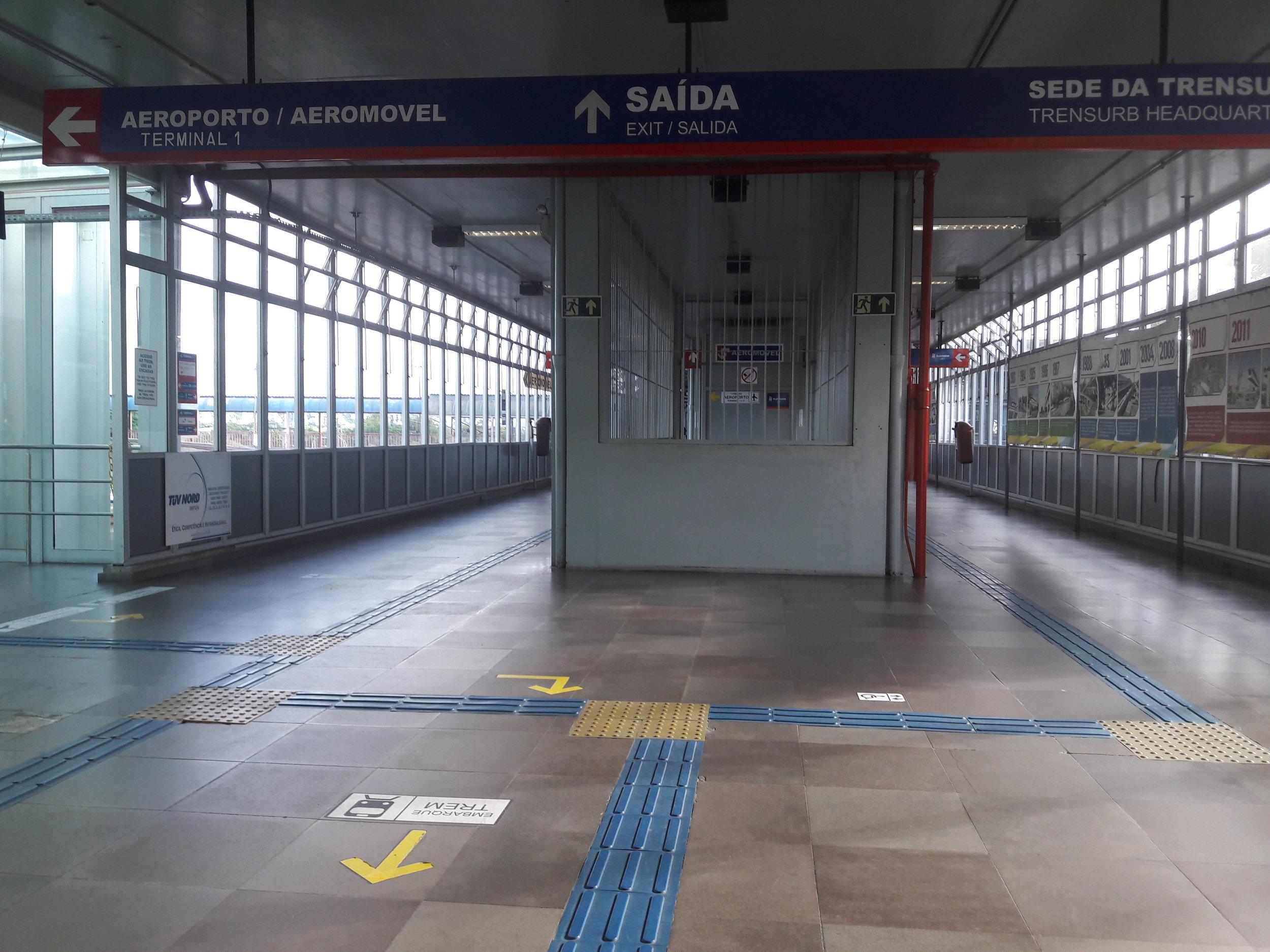 Po zdolání schodiště může člověk pokračovat rovně a vyjít z metra přes turnikety, po kterých se odbočuje vlevo na lávku, která vede k jednomu z parkovišť před letištěm. Nebo je možné po zdolání schodiště zahnout doleva a projít skleněnými dveřmi ke stanici aeromóvelu.