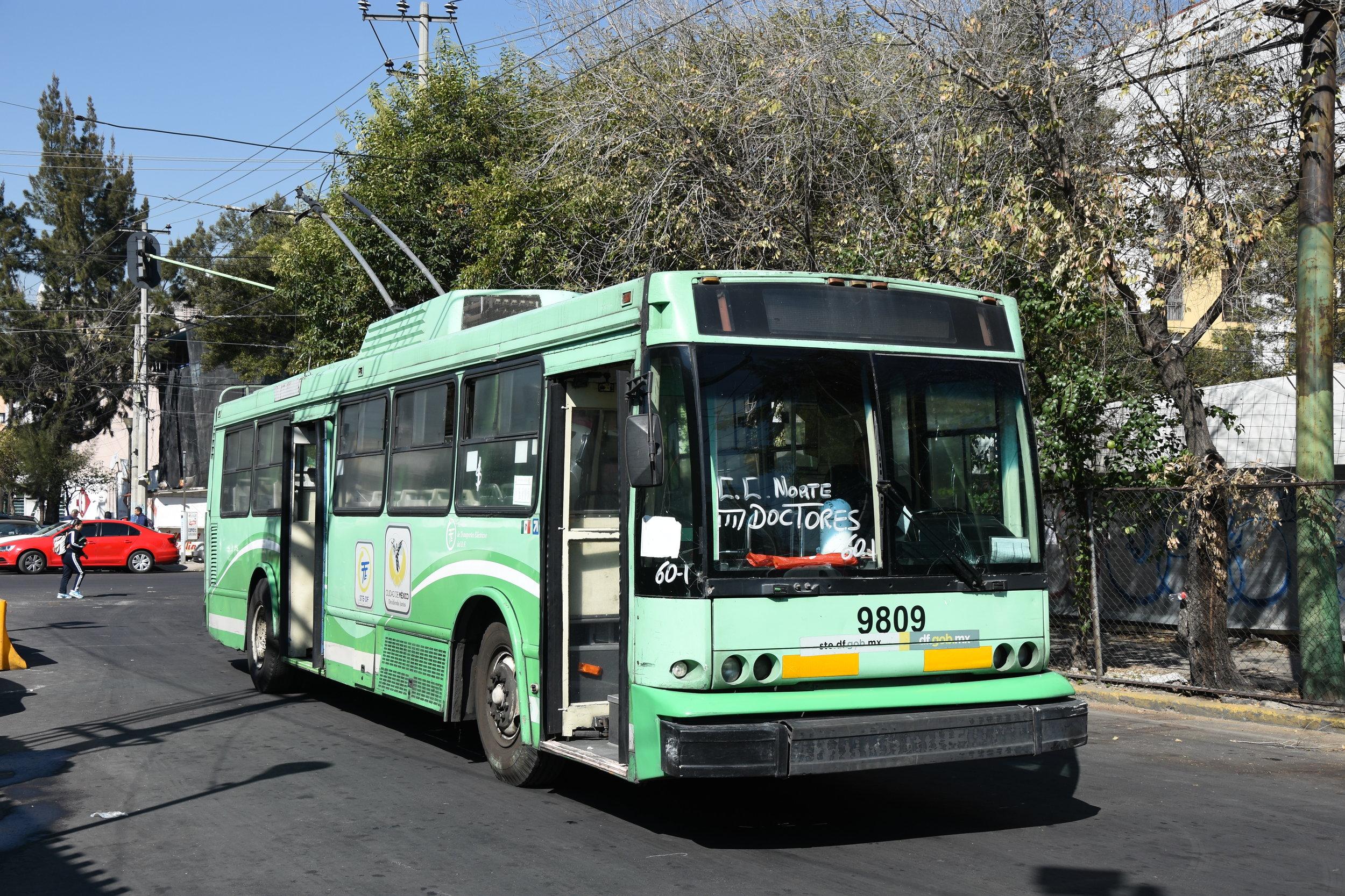 """Trolejbus v Ciudad de México. Povšimněte si """"linkové orientace"""" ve formě ručně psaného nápisu na čelním okně. S ohledem na absenci transparentů jde u většiny vozů o naprostý standard. (foto: Libor Hinčica)"""