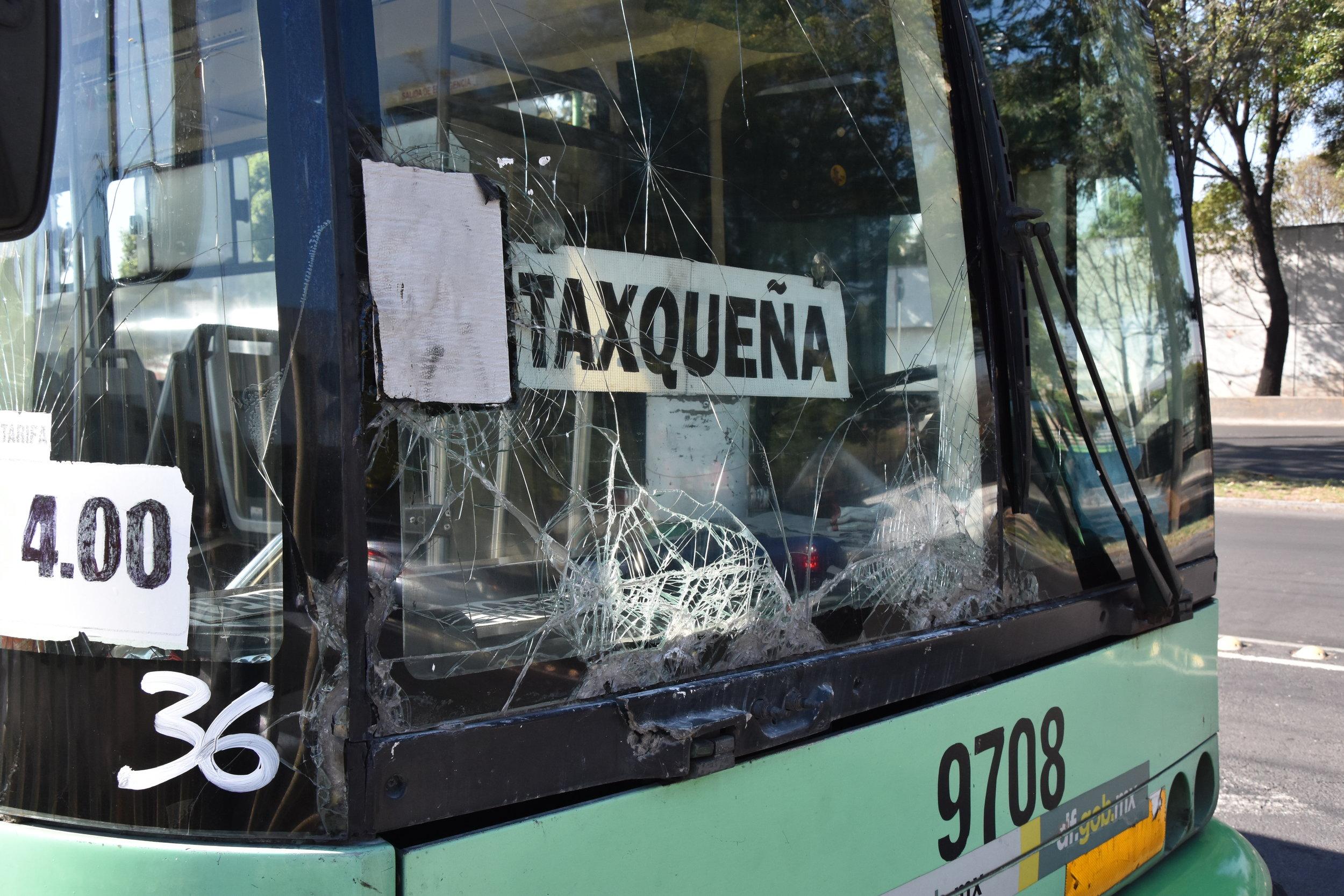"""I toto je bohužel na provozních trolejbusech naprosto běžný stav. Naopak má ale vůz """"kulturní"""" linkovou orientaci. I přes minimální údržbu a záměrné znevýhodňování trolejbusů v minulosti se trolejbusový provoz s cca 300 vozidly stále drží. (foto: Libor Hinčica)"""