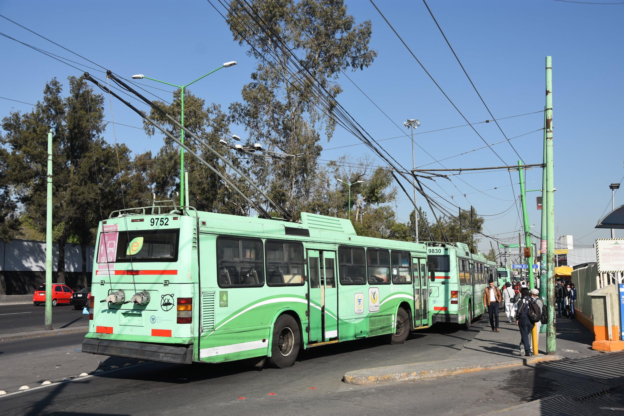 """Na lince A trolejbusy jednoznačně vládnou. Provozovány jsou v krátkých intervalech, takže není výjimkou potkat na konečných i 10 trolejbusů za sebou (na tomto snímku lze podle sběračů napočítat například 6 vozů, další dva pak stály za zády fotografa). Fotka pochází od autobusového terminálu na severu města, u toho jižního se nachází smyčka s dlouhodobě nedostatečnou kapacitou, takže trolejbusy snažící se """"vecpat"""" do smyčky dokonce blokují provoz automobilů. (foto: Libor Hinčica)"""