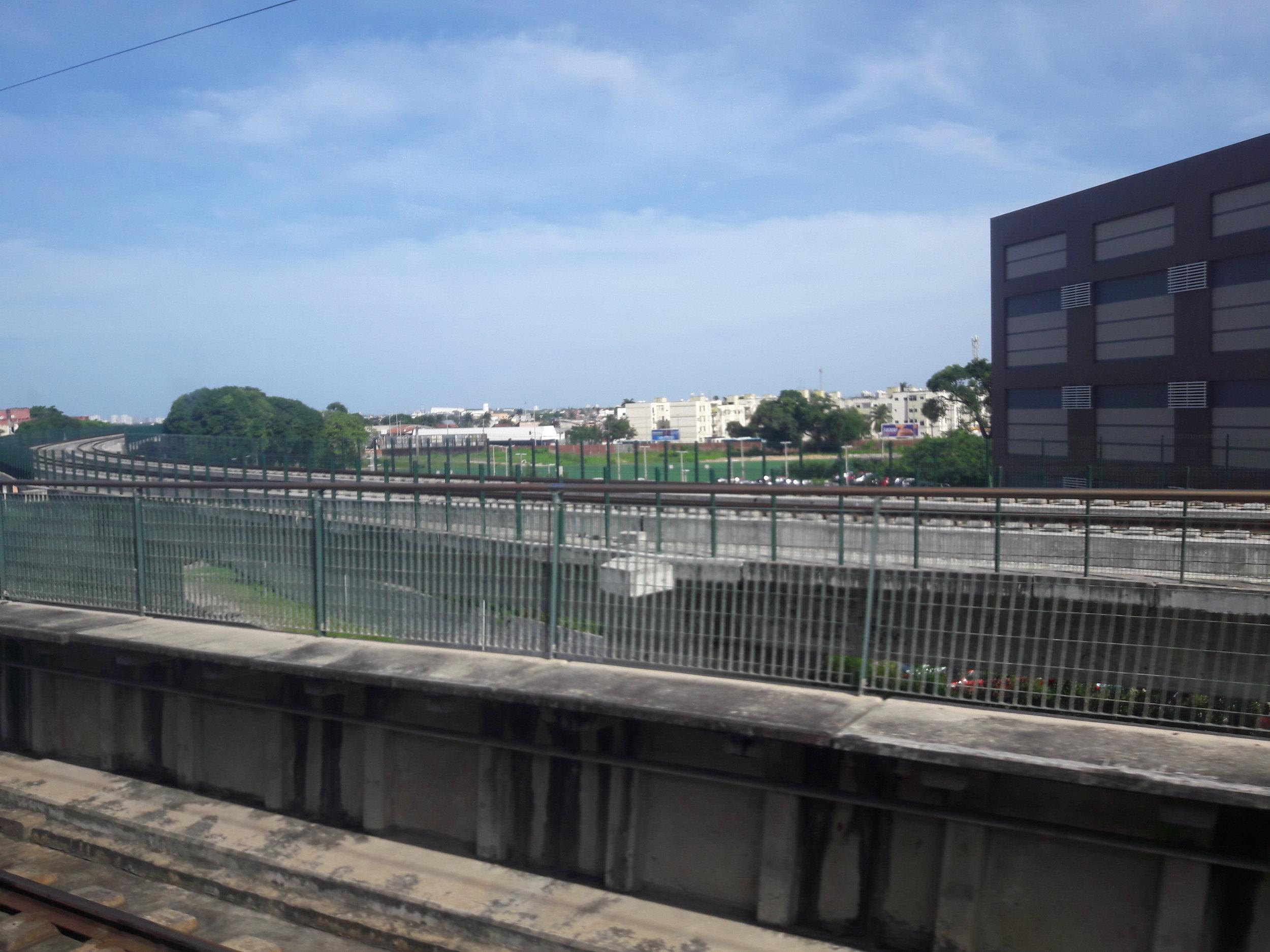 Pohled na přibližující se estakádu linky lehkého metra u stanice Parangaba.