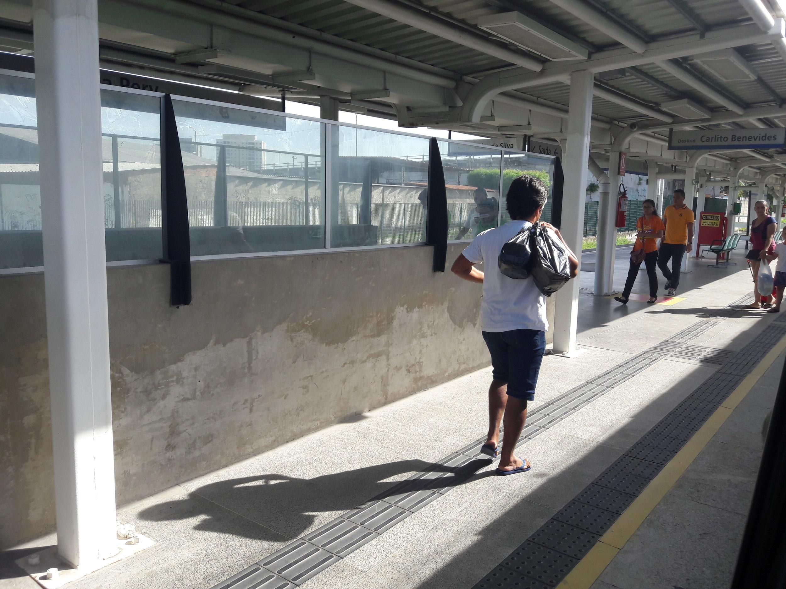 Nácestné stanice na otevřeném úseku jsou si velmi podobné, o čemž svědčí tento i následujících osm snímků. Na tomto stanice Vila Pery.