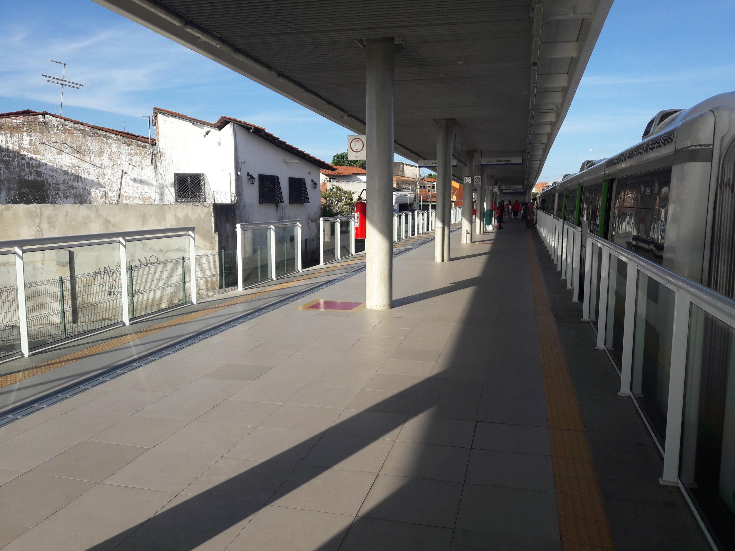 Stanice Vila União na lince VLT. Leží uprostřed slumu.