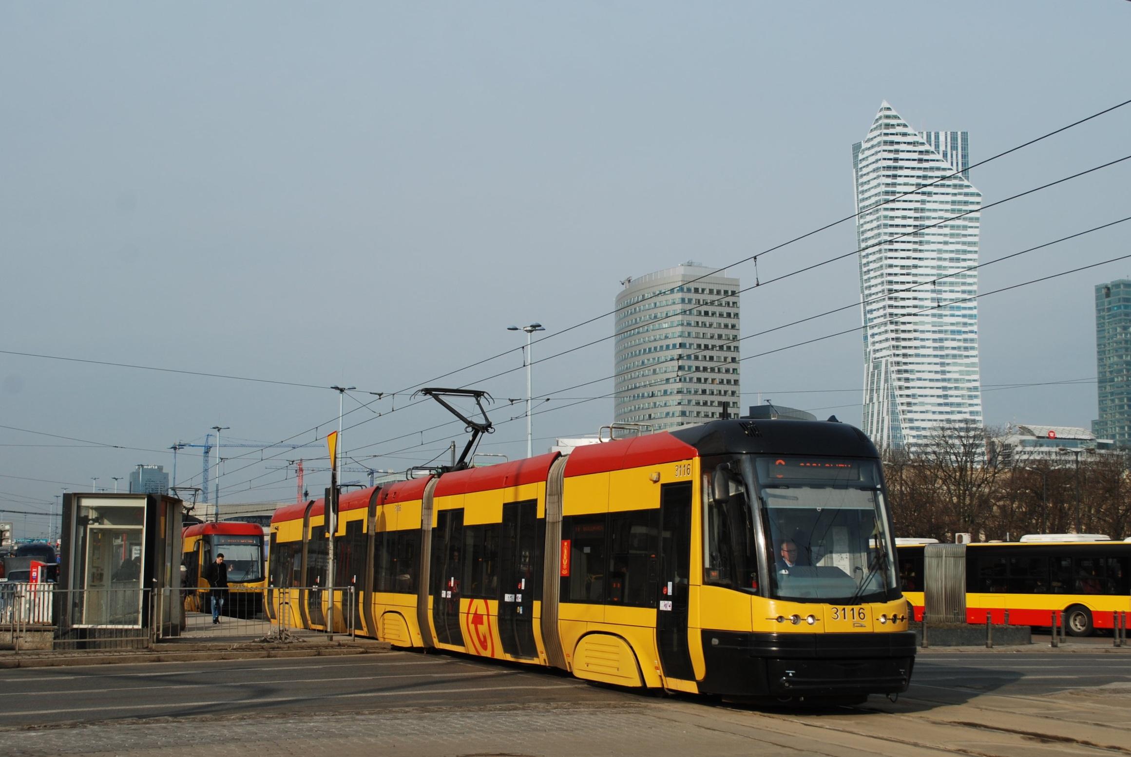 PESA začala dodávat tramvaje do Varšavy v roce 2007. Nejprve bylo dodáno 15 vozů Tramicus. Po nich následovalo 186 tramvají PESA Swing (jeden z vozů na snímku) v letech 2010-13 a konečně 80 vozů PESA Jazz v letech 2014-15. (foto: Libor Hinčica)
