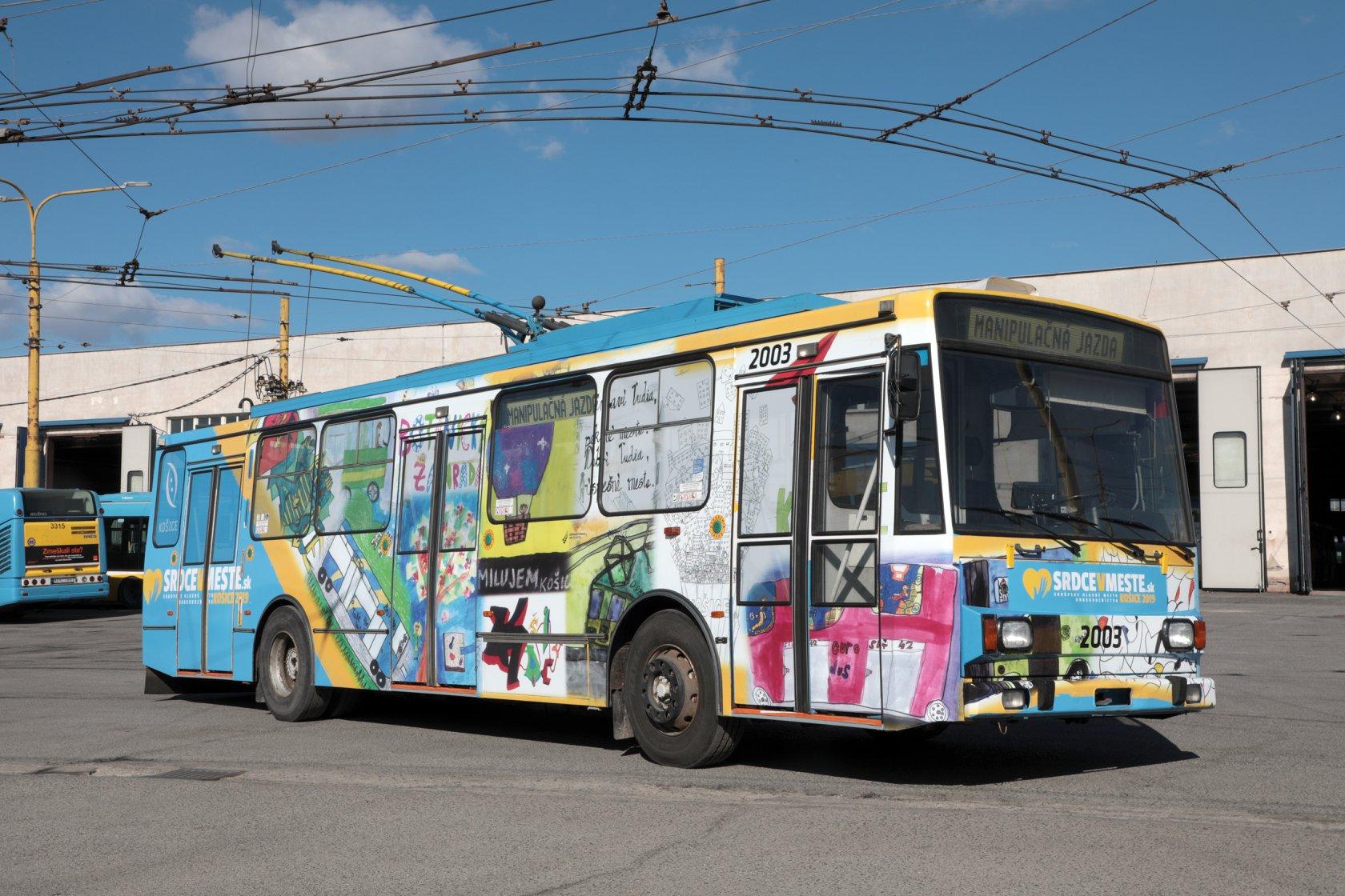 Trolejbus Škoda 14 TrM ev. č. 2003 s novým polepem. (zdroj: Facebook Jaroslava Polačka)
