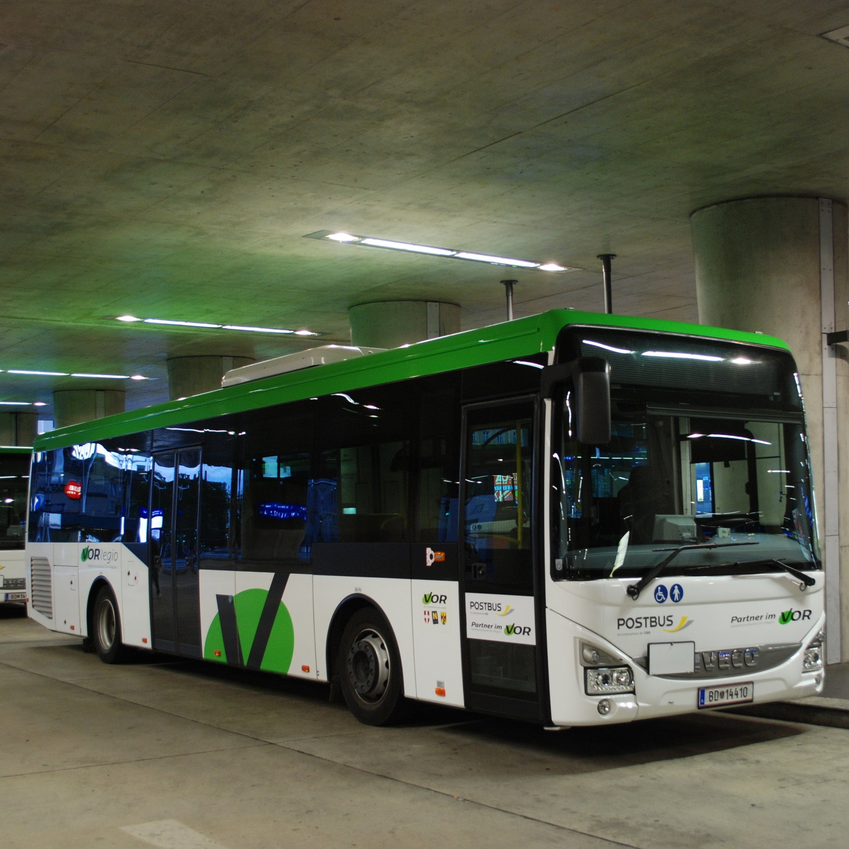 Autobus Iveco Crossway LE na autobusovém terminálu pod vídeňským hlavním nádražím. Terminál slouží především potřebám příměstské dopravy, jsou odtud ale také vypravovány některé spoje dálkových autobusů. (foto: Libor Hinčica)